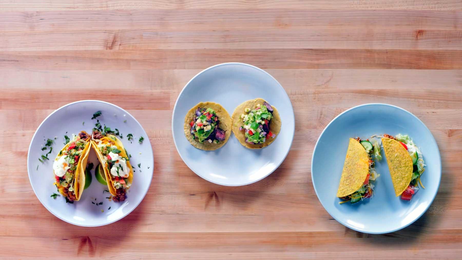 Köche unterschiedlicher Fähigkeitsstufen machen Tacos