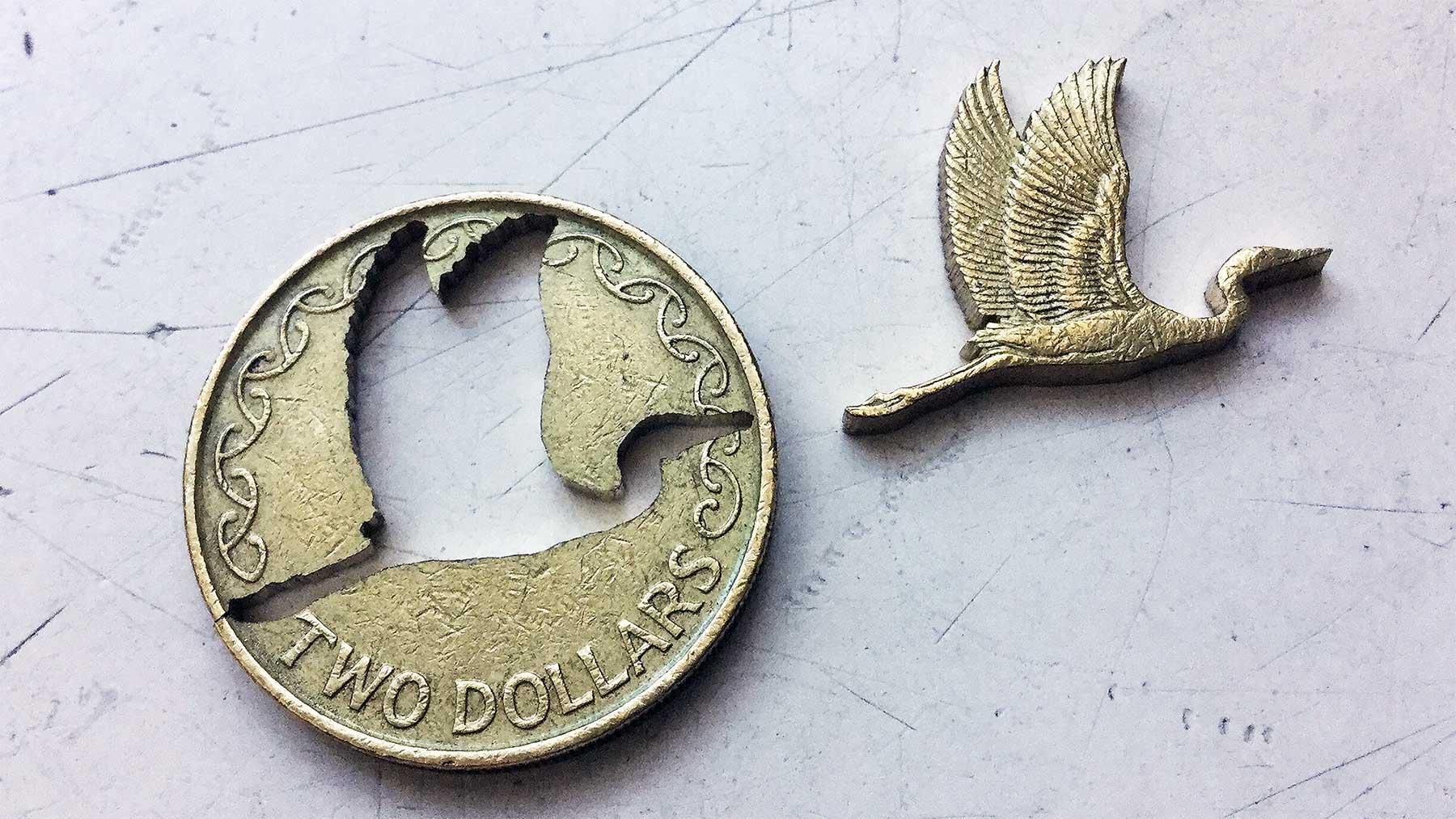 Micah Adams sägt Motive aus Münzen