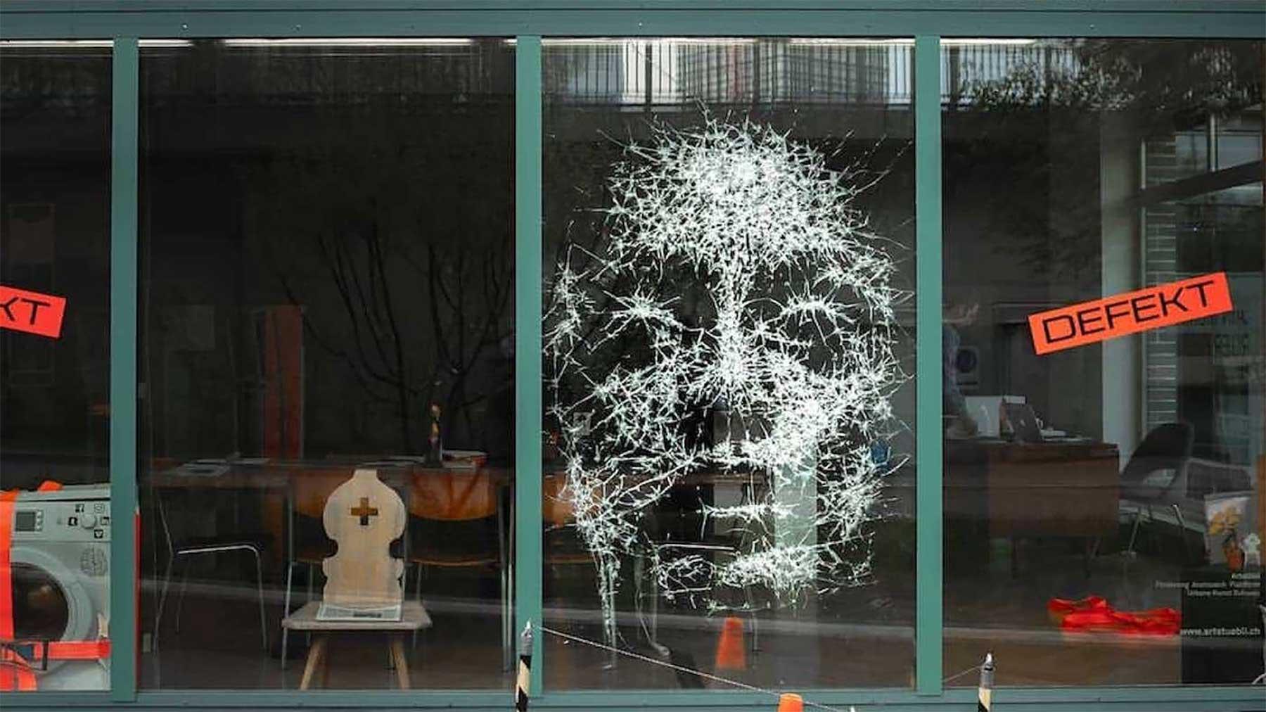 Portrait aus zersprungenem Fensterglas