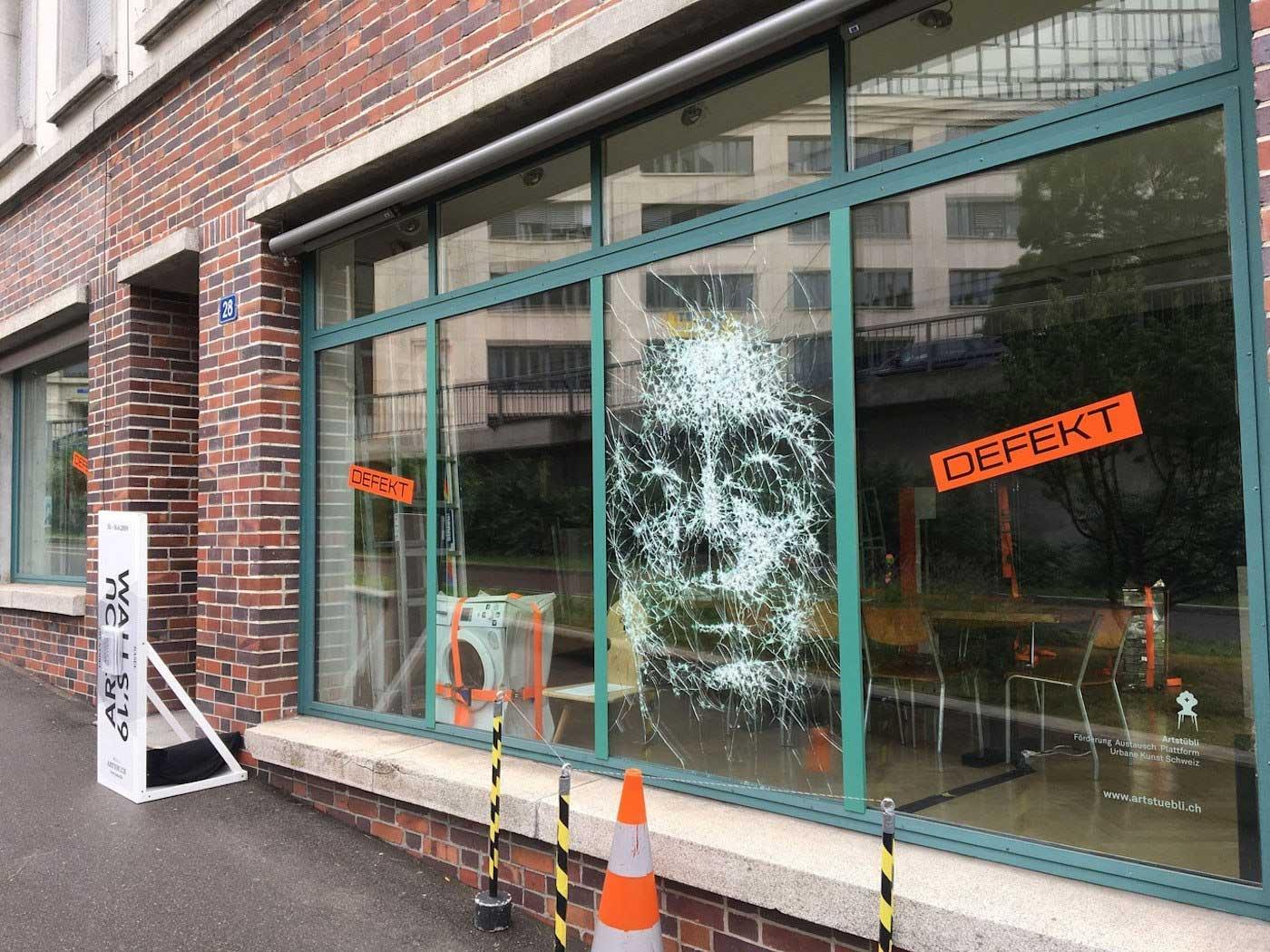Portrait aus zersprungenem Fensterglas Simon-Berger-Defekt-installation_02
