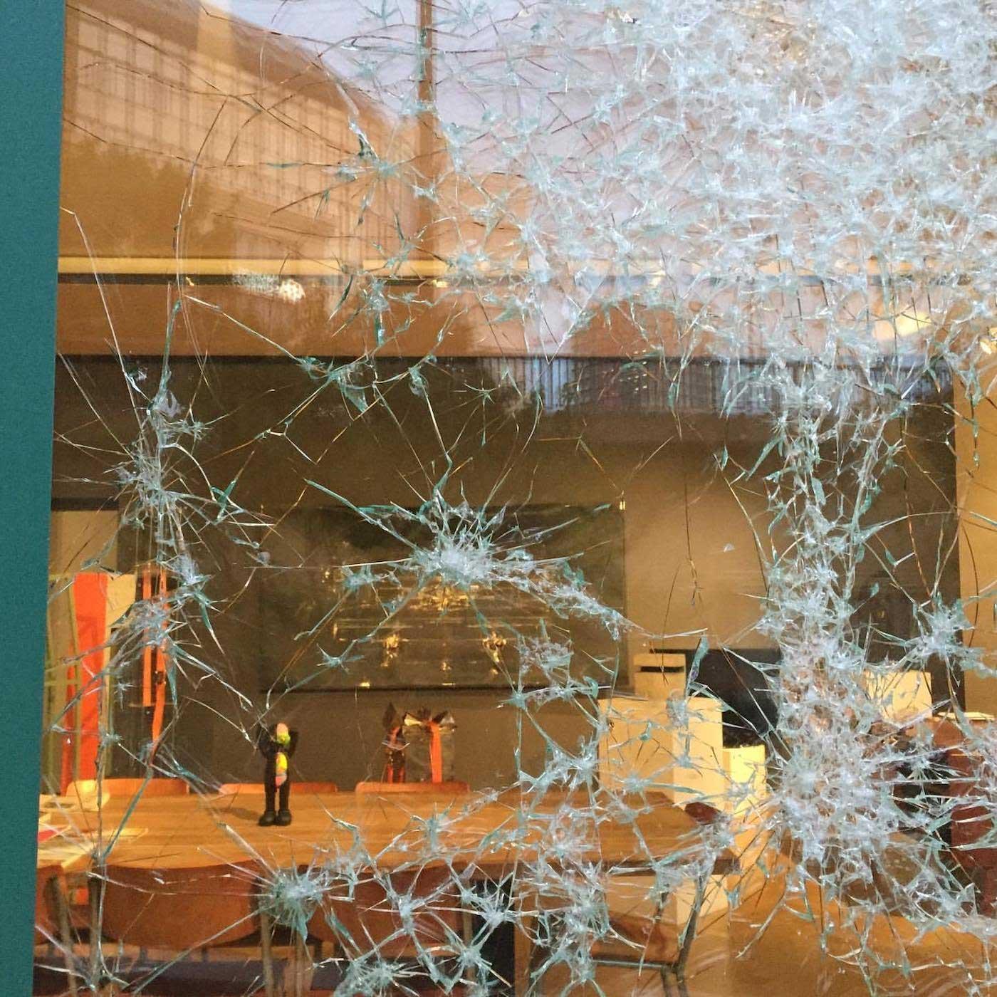 Portrait aus zersprungenem Fensterglas Simon-Berger-Defekt-installation_03