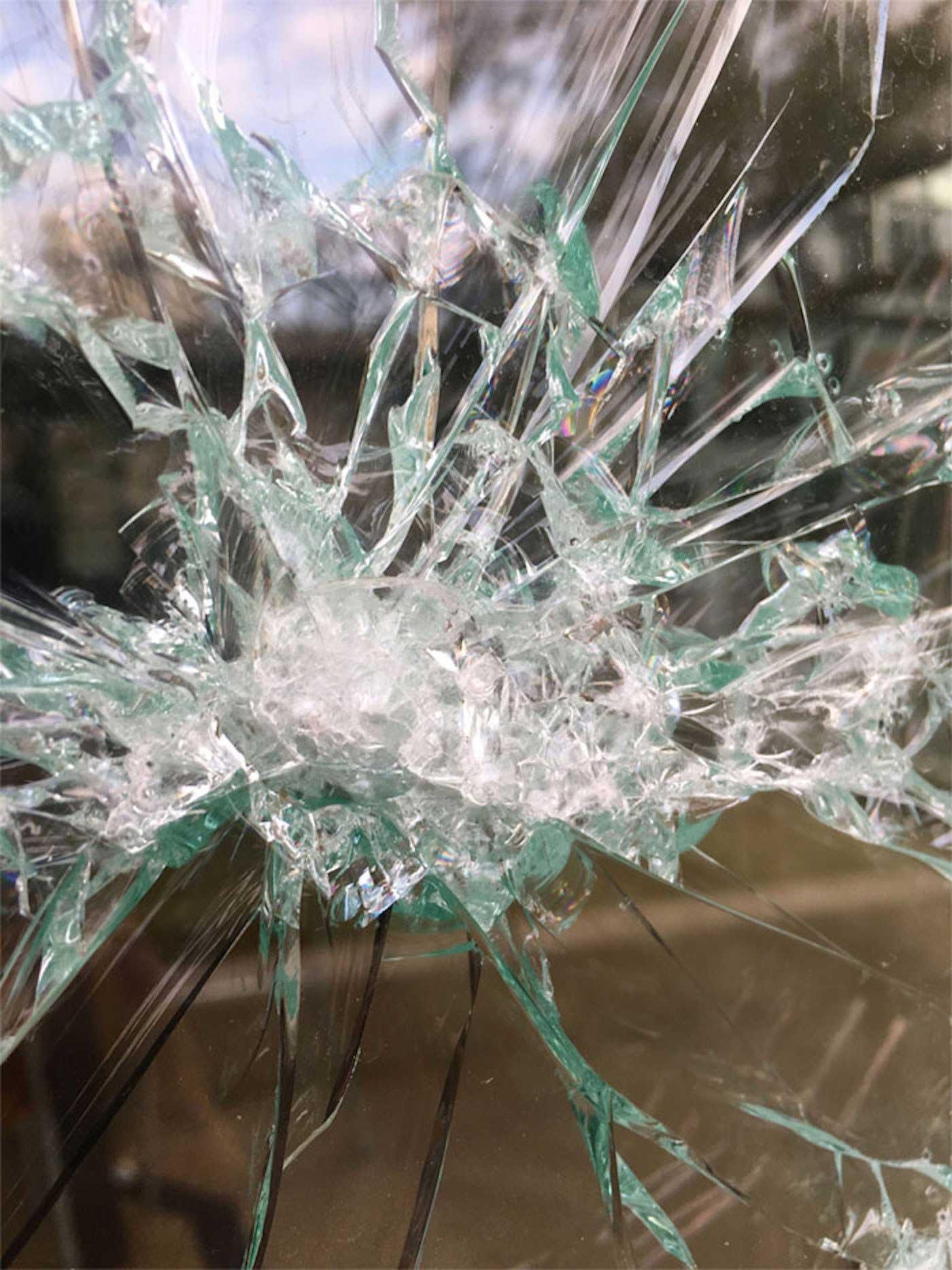 Portrait aus zersprungenem Fensterglas Simon-Berger-Defekt-installation_04