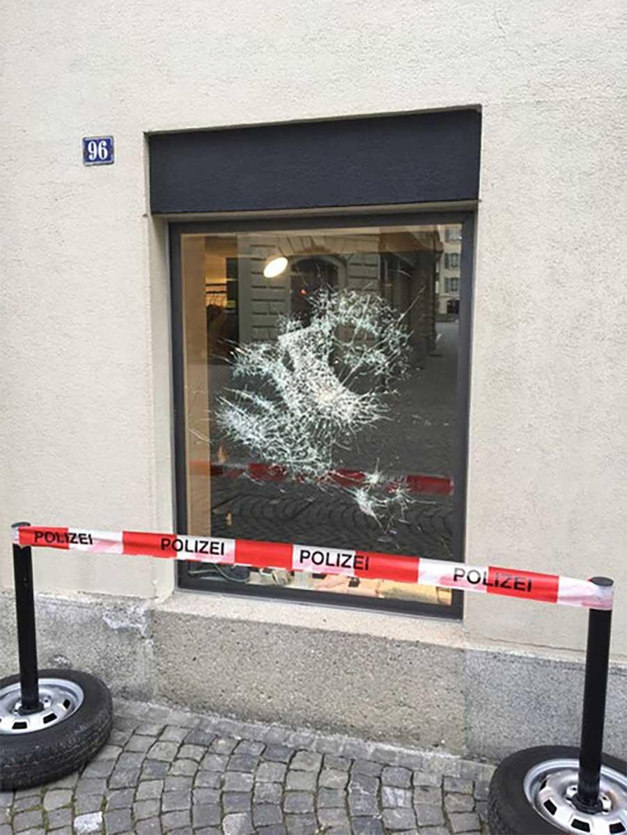 Portrait aus zersprungenem Fensterglas Simon-Berger-Defekt-installation_06