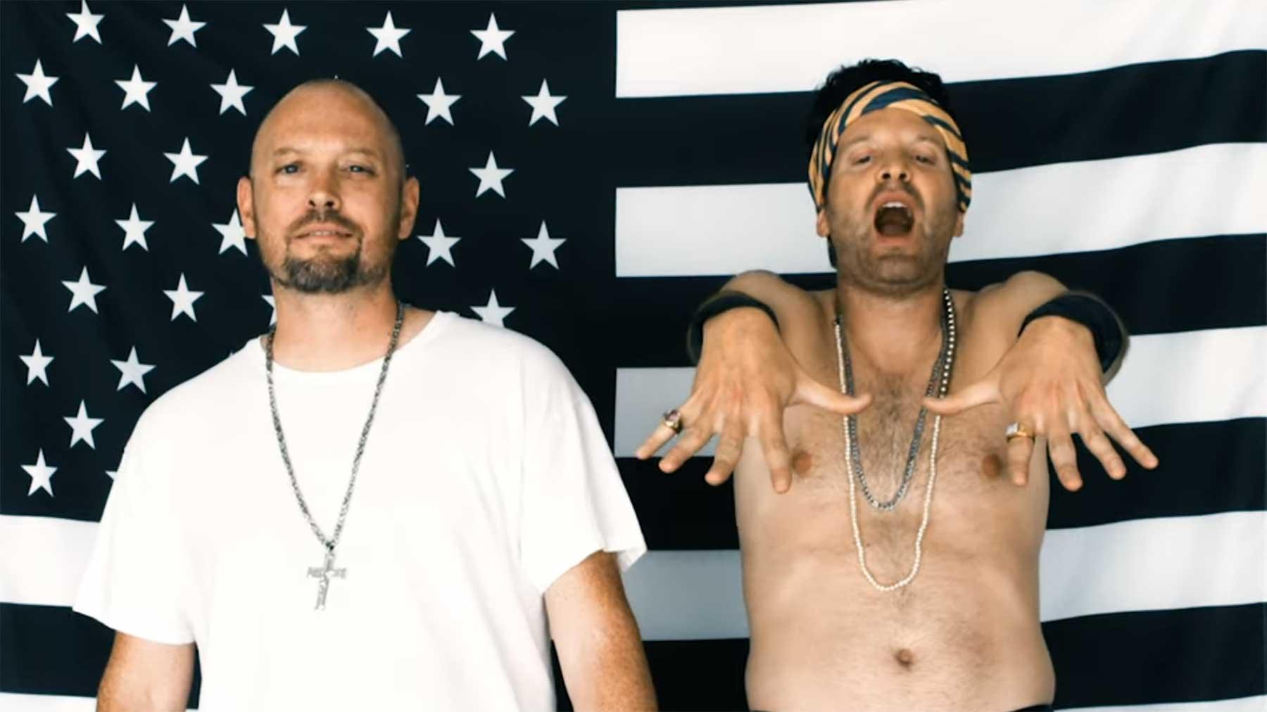 """Tuxedo stellen im """"Toast 2 Us""""-Musikvideo etliche Albumcover nach"""