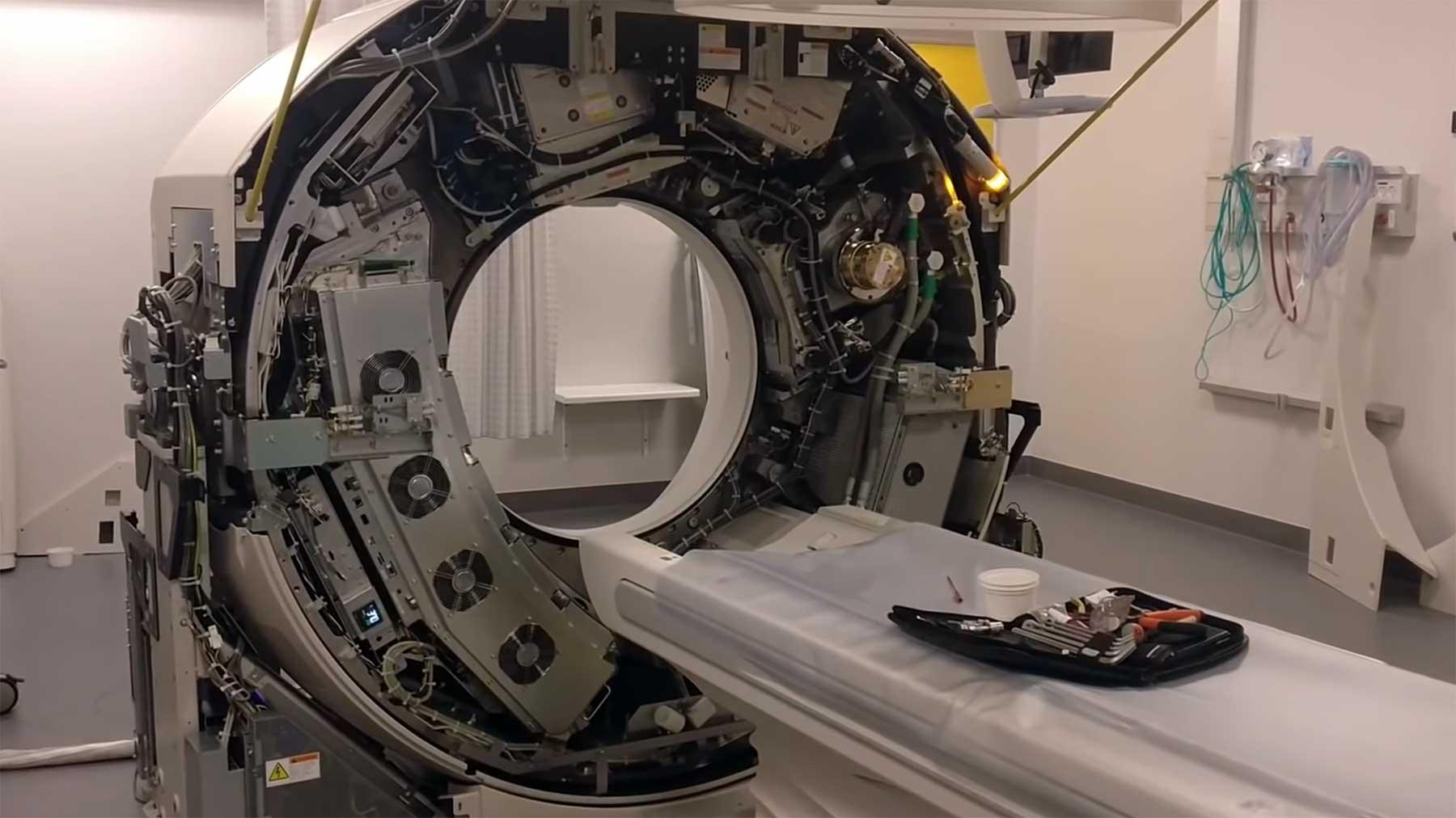 In einen laufenden Computertomograph reinschauen computertomograph-nackt-ansehen-in-aktion