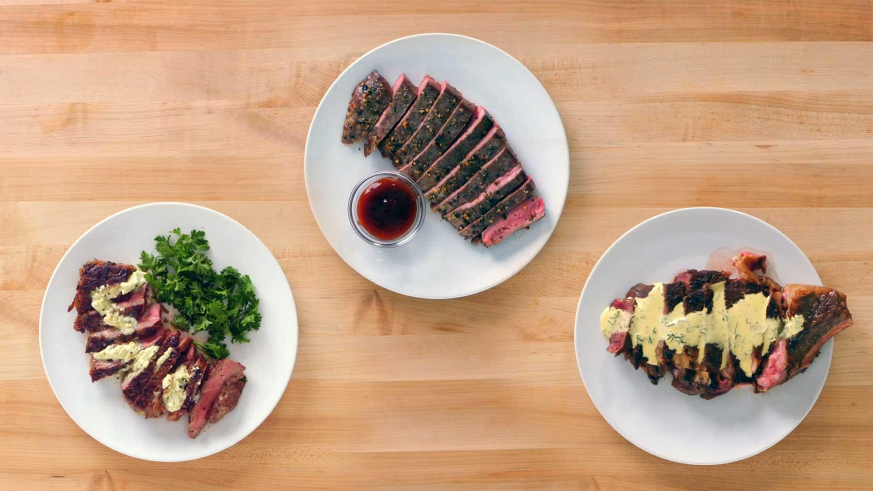 Köche unterschiedlicher Fähigkeitsstufen braten Steak