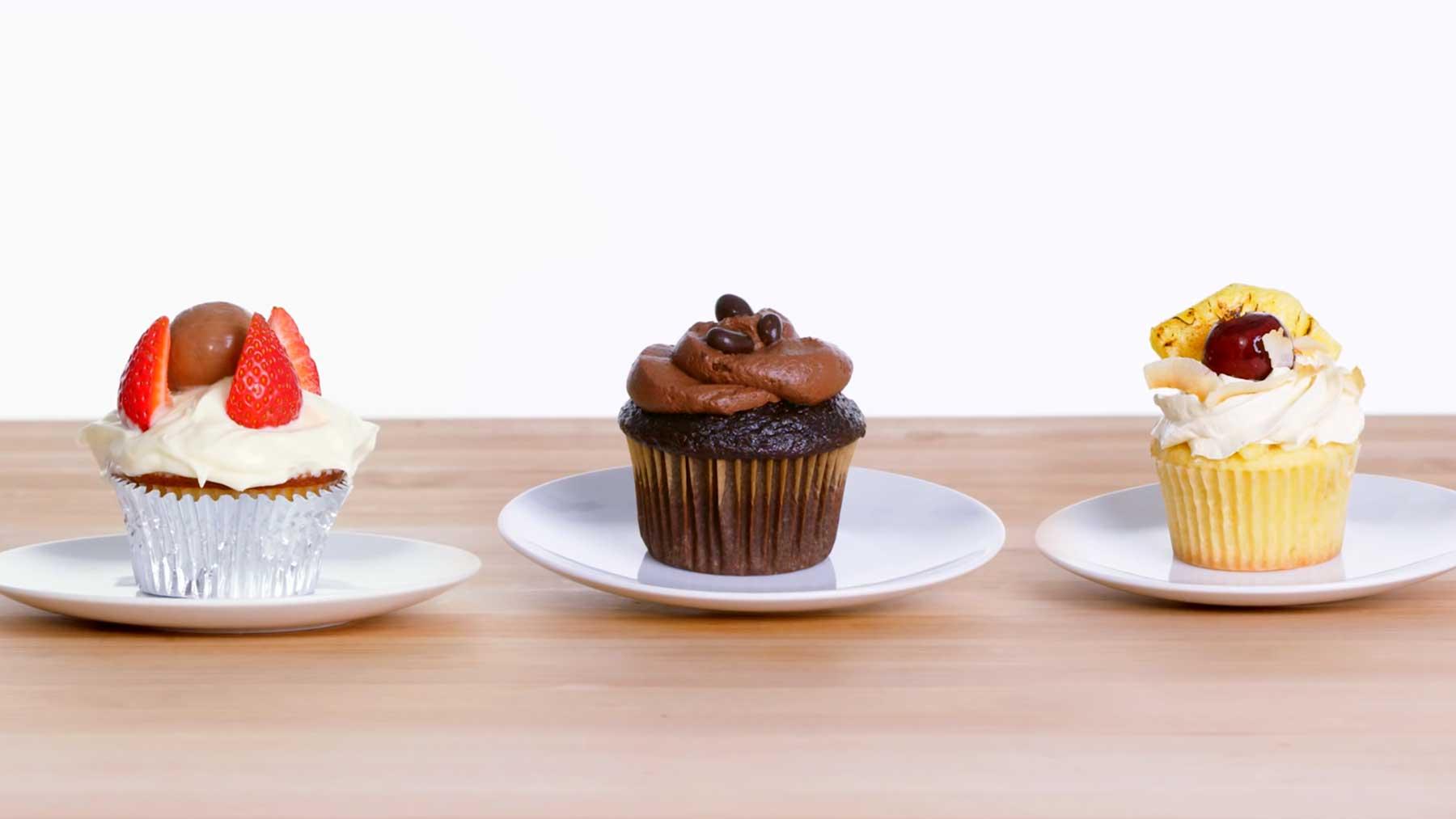 Köche unterschiedlicher Fähigkeitsstufen backen Cupcakes