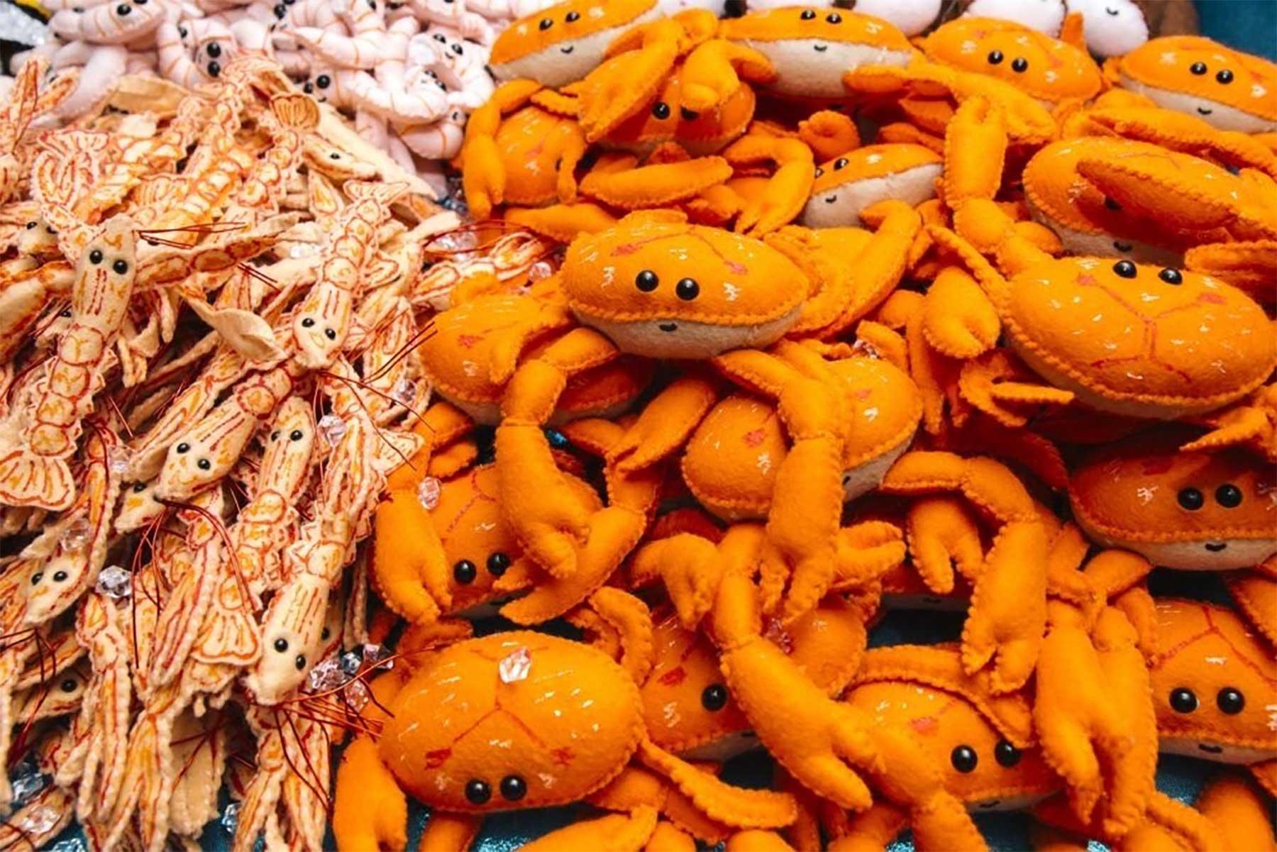 Backwaren und Meeresfrüchte aus Filz Lucy-Sparrow-filzfisch-deli_01