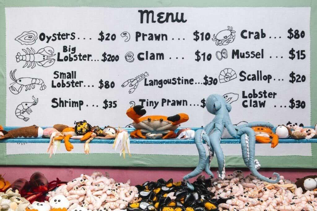 Backwaren und Meeresfrüchte aus Filz Lucy-Sparrow-filzfisch-deli_06