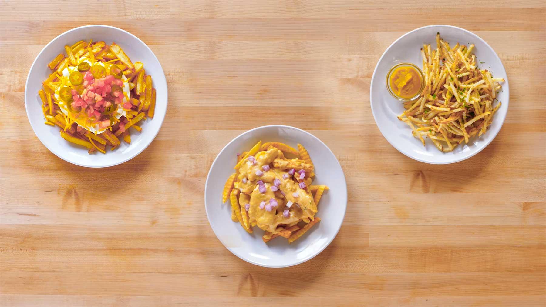 Köche unterschiedlicher Fähigkeitsstufen bereiten Pommes zu drei-level-pommes