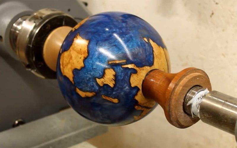 Globus aus einem Stück Holz fertigen