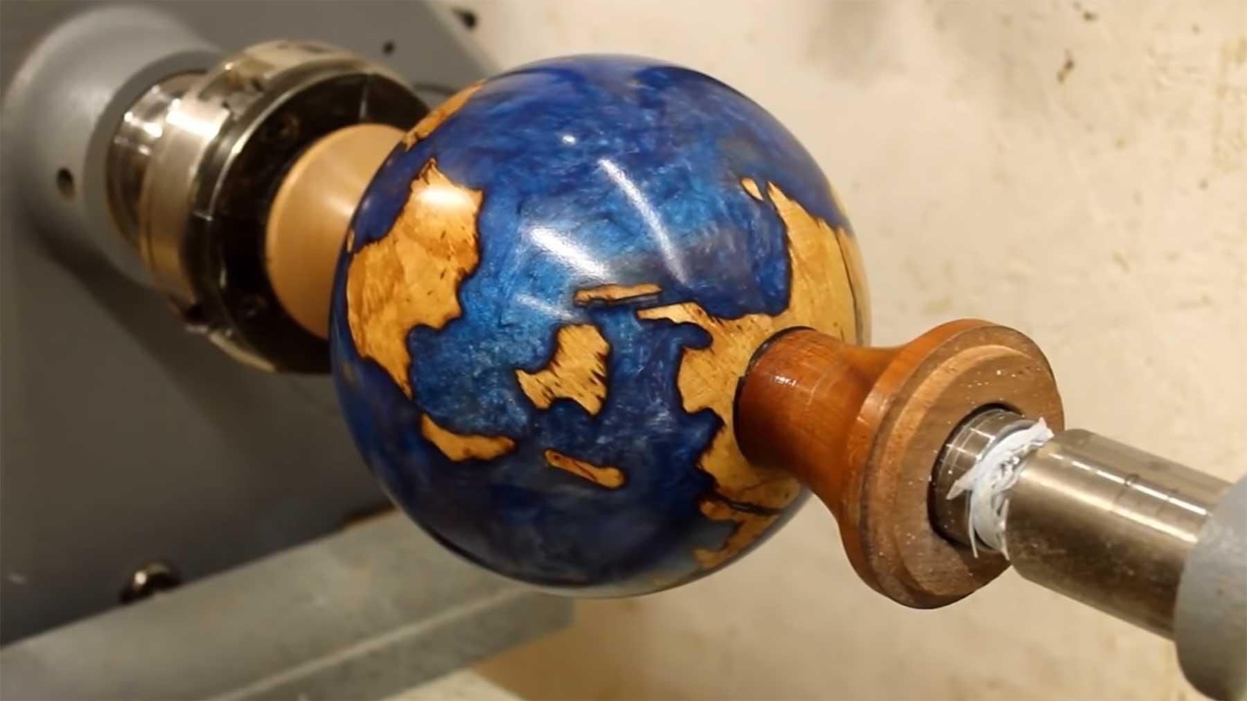 Globus aus einem Stück Holz fertigen globus-aus-holzstueck