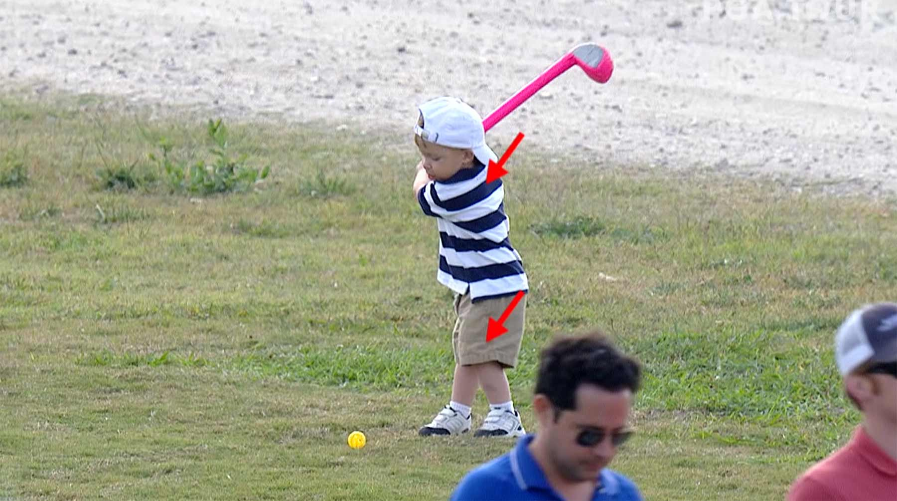 Profi-Golflehrer analysiert den Schwung eines Zweijährigen