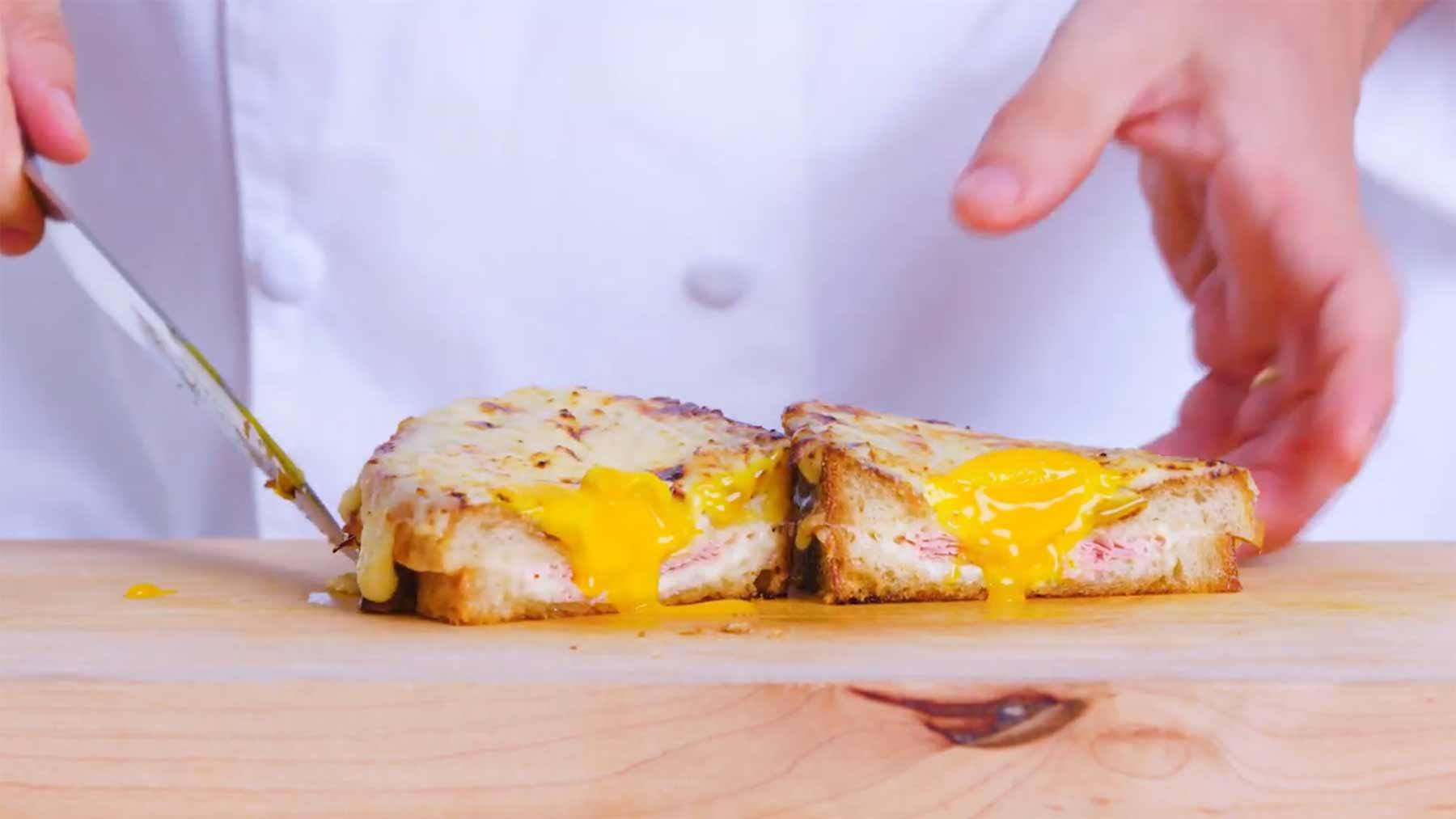 Köche unterschiedlicher Fähigkeitsstufen machen ein Grilled-Cheese-Sandwich grilled-cheese-sandwich