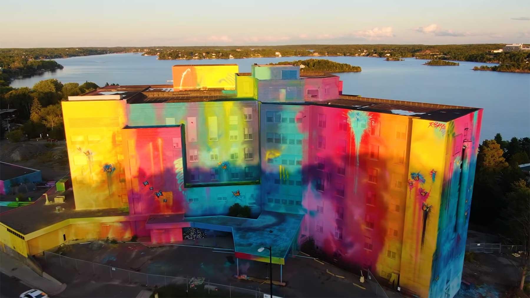 Street Artist Risk hat ein ganzes Gebäude in Farbe getaucht