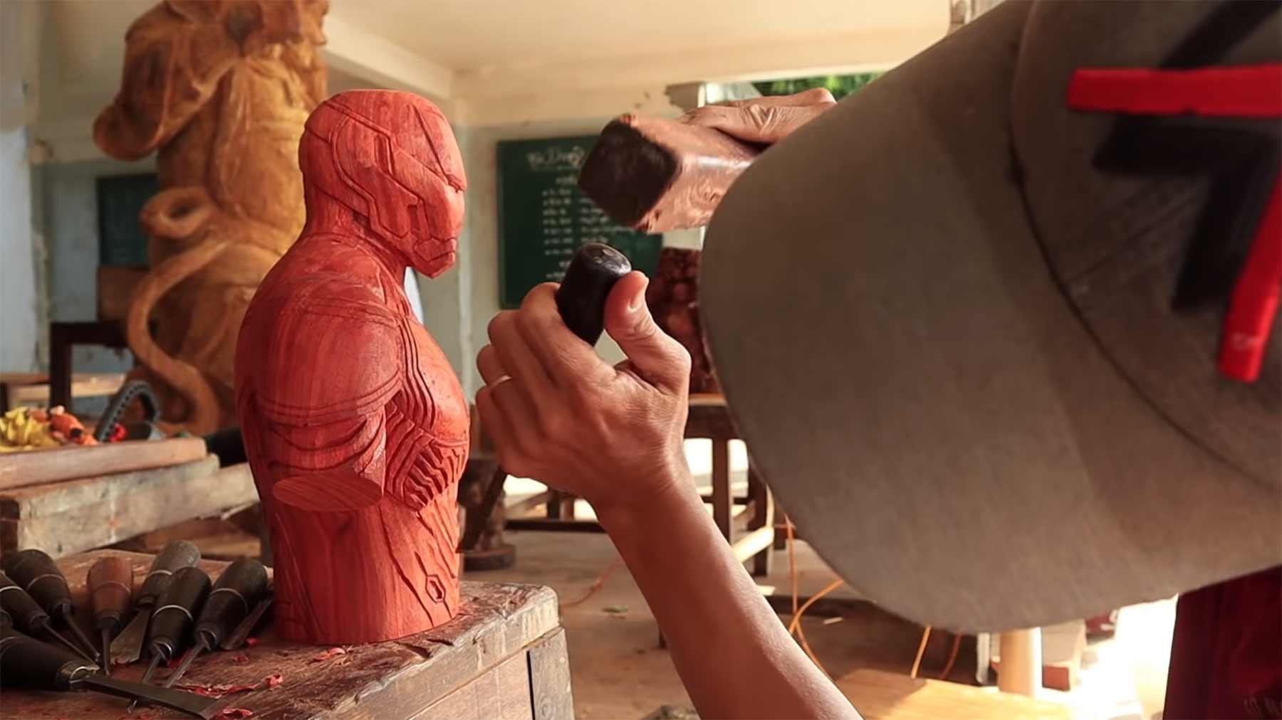 Eine Iron-Man-Büste aus einem Holzstamm schnitzen