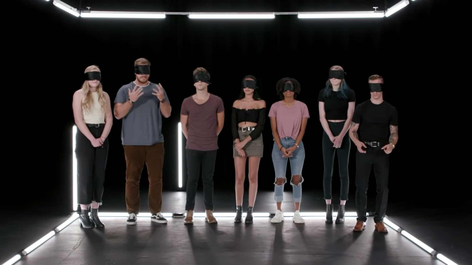 7 Augen-verbundene Personen raten, wer die dunkelhäutige von ihnen ist wer-ist-die-geheime-schwarze-person
