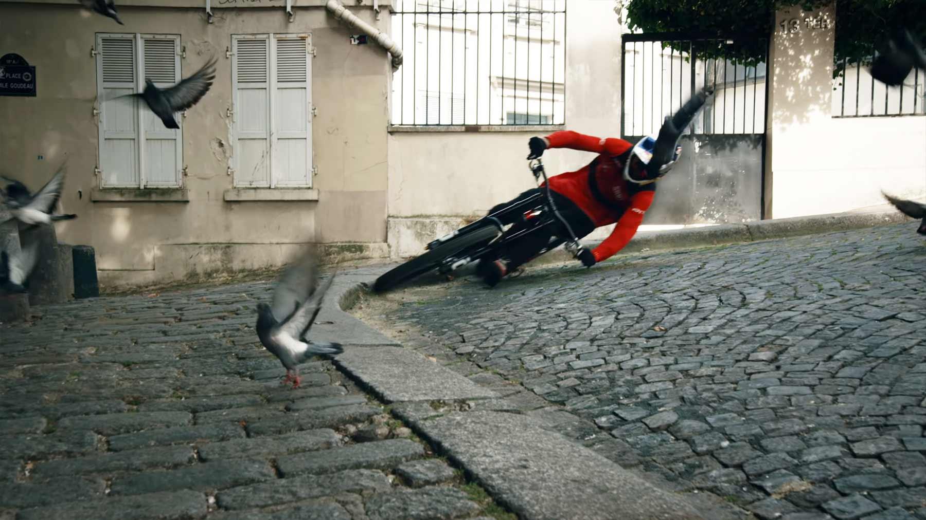 Fabio Wibmer rast mit Mountainbike durch Lyon und Paris