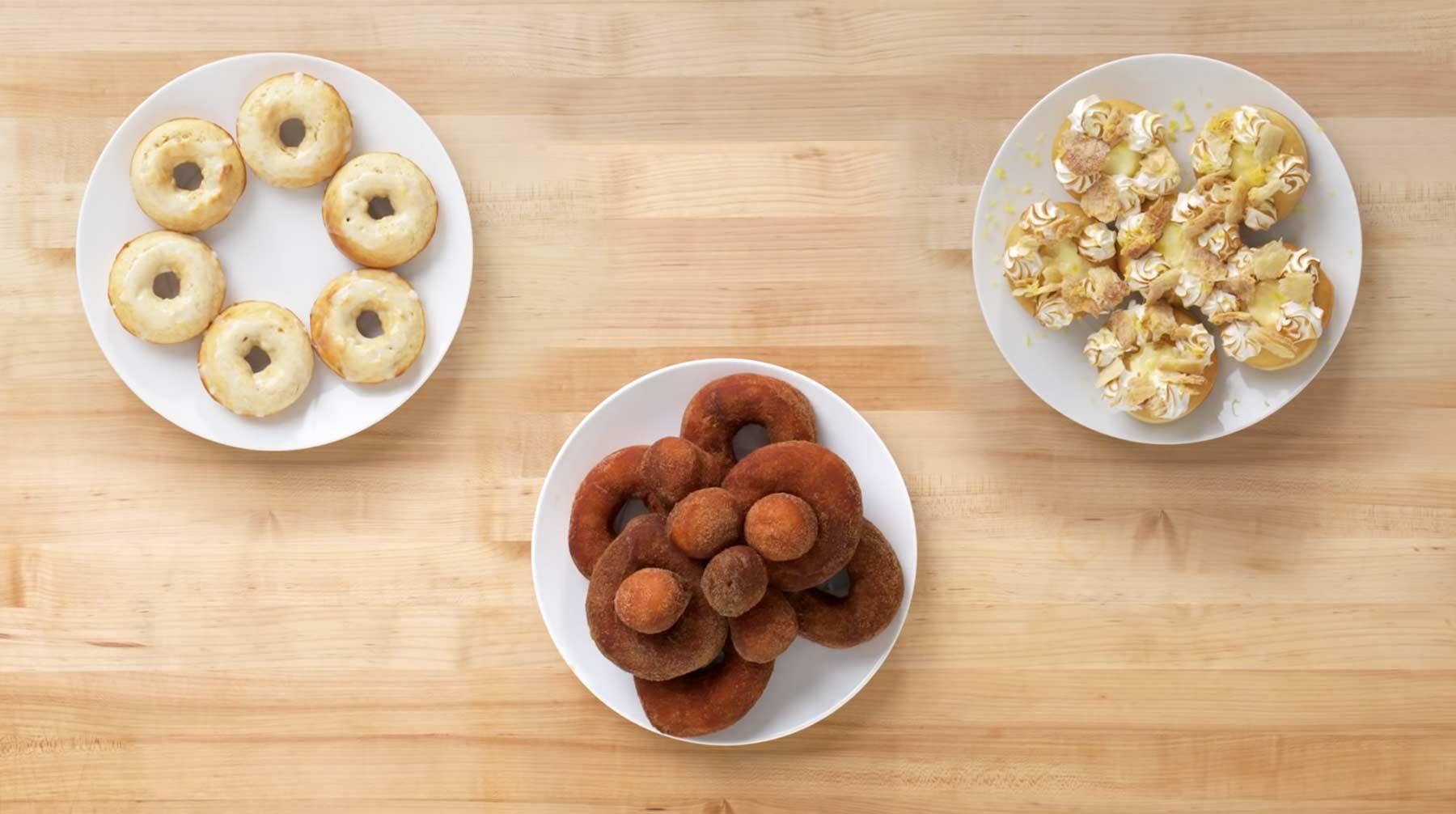 Köche unterschiedlicher Fähigkeitsstufen backen Doughnuts