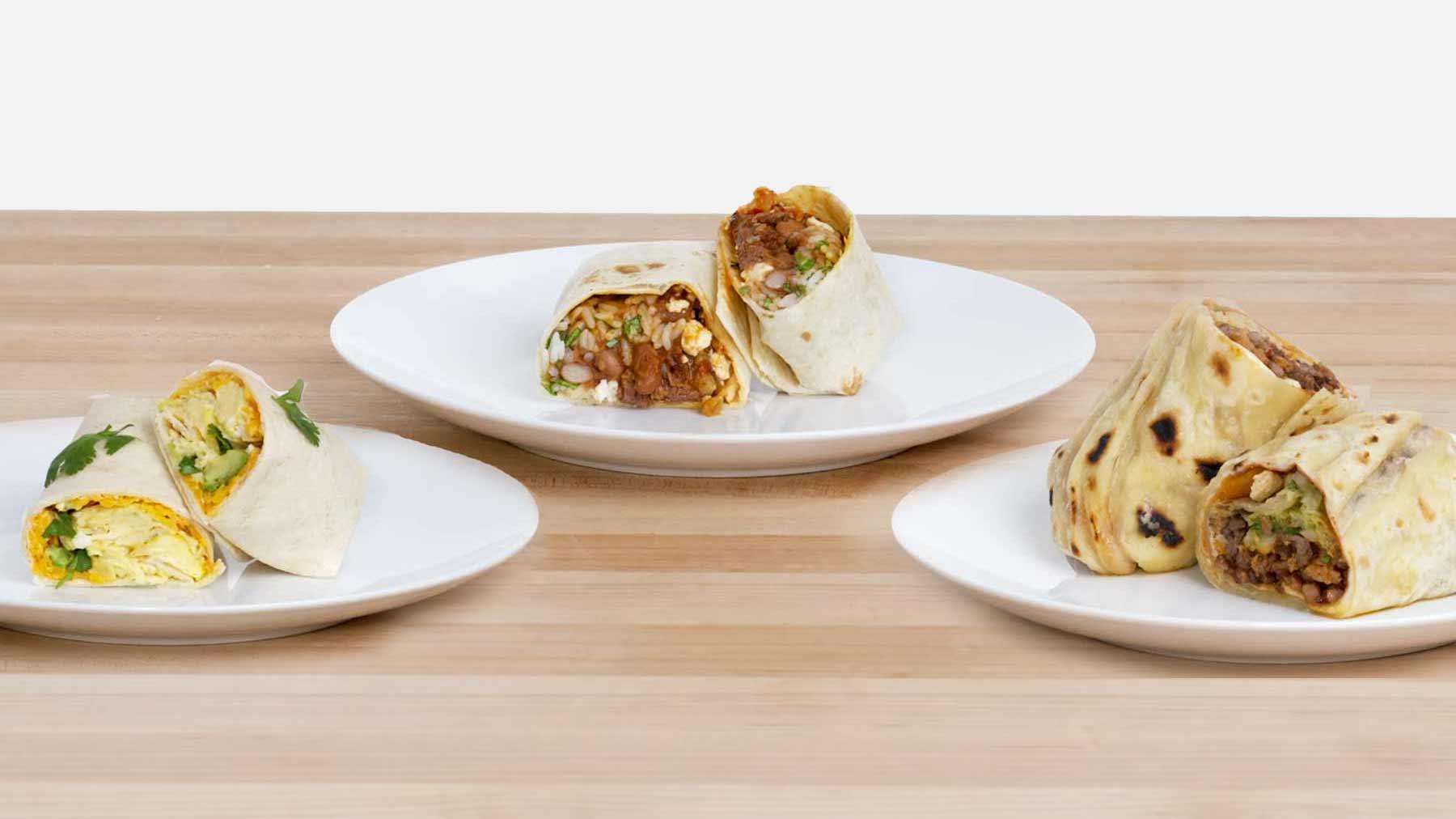 Köche unterschiedlicher Fähigkeitsstufen machen Burritos