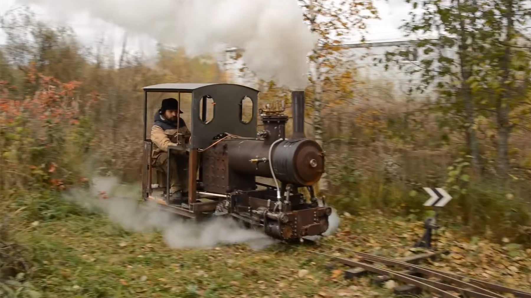 Russe baut eigene Mini-Dampflok im Garten