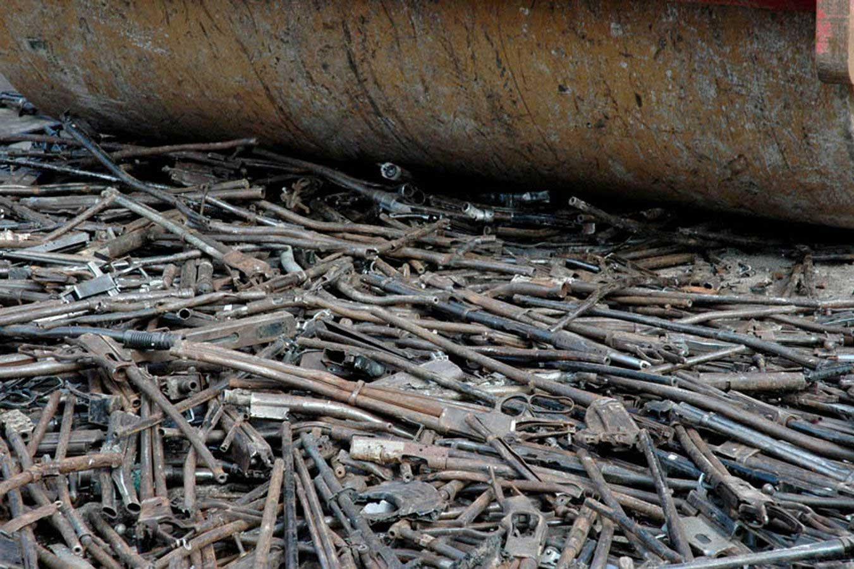 Pedro Reyes hat 1.527 Pistolen eingeschmolzen und Schaufeln zum Bäumepflanzen gegossen schaufeln-aus-waffen_02