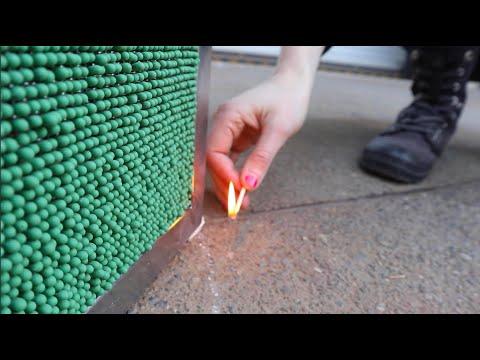 Simone Giertz hat einen Couchtisch aus 20.000 Streichhölzern gemacht