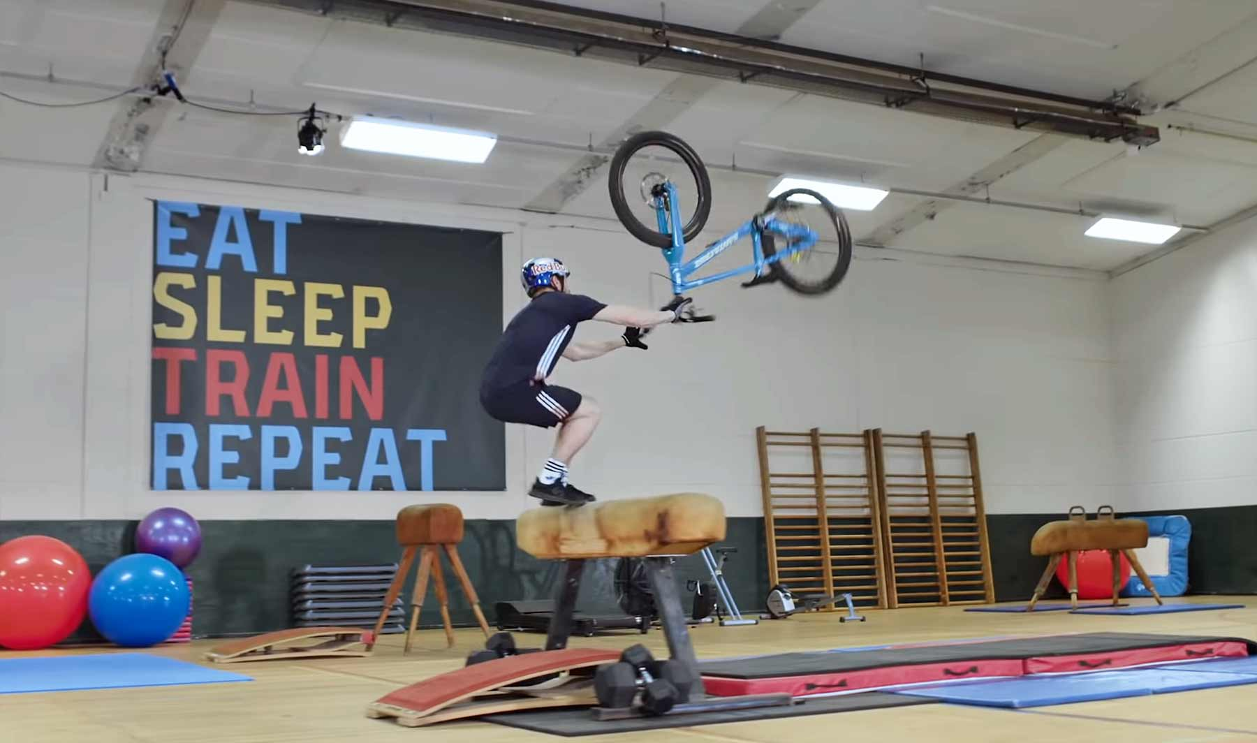 Danny MacAskill macht Trial-Tricks in der Turnhalle
