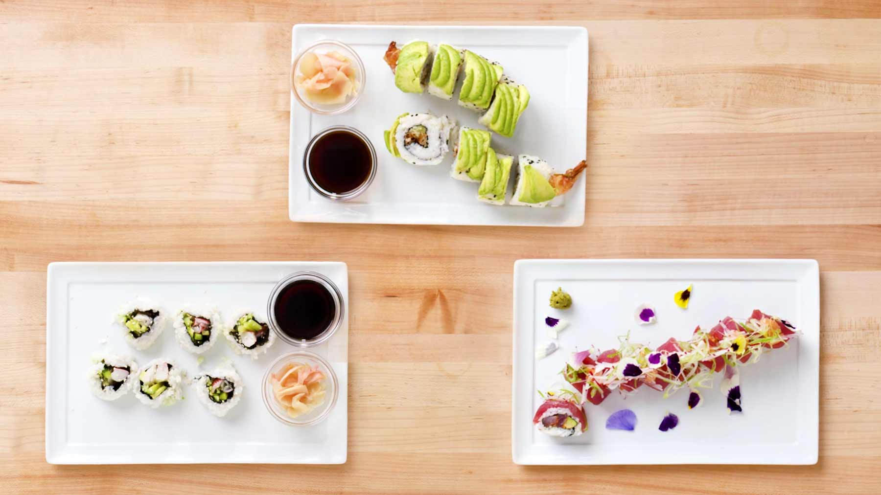 Köche unterschiedlicher Fähigkeitsstufen machen Sushi drei-arten-sushi-zu-machen