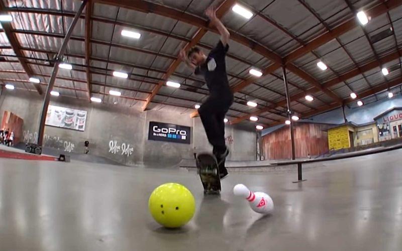 Bowling-Trickshots im Skatepark