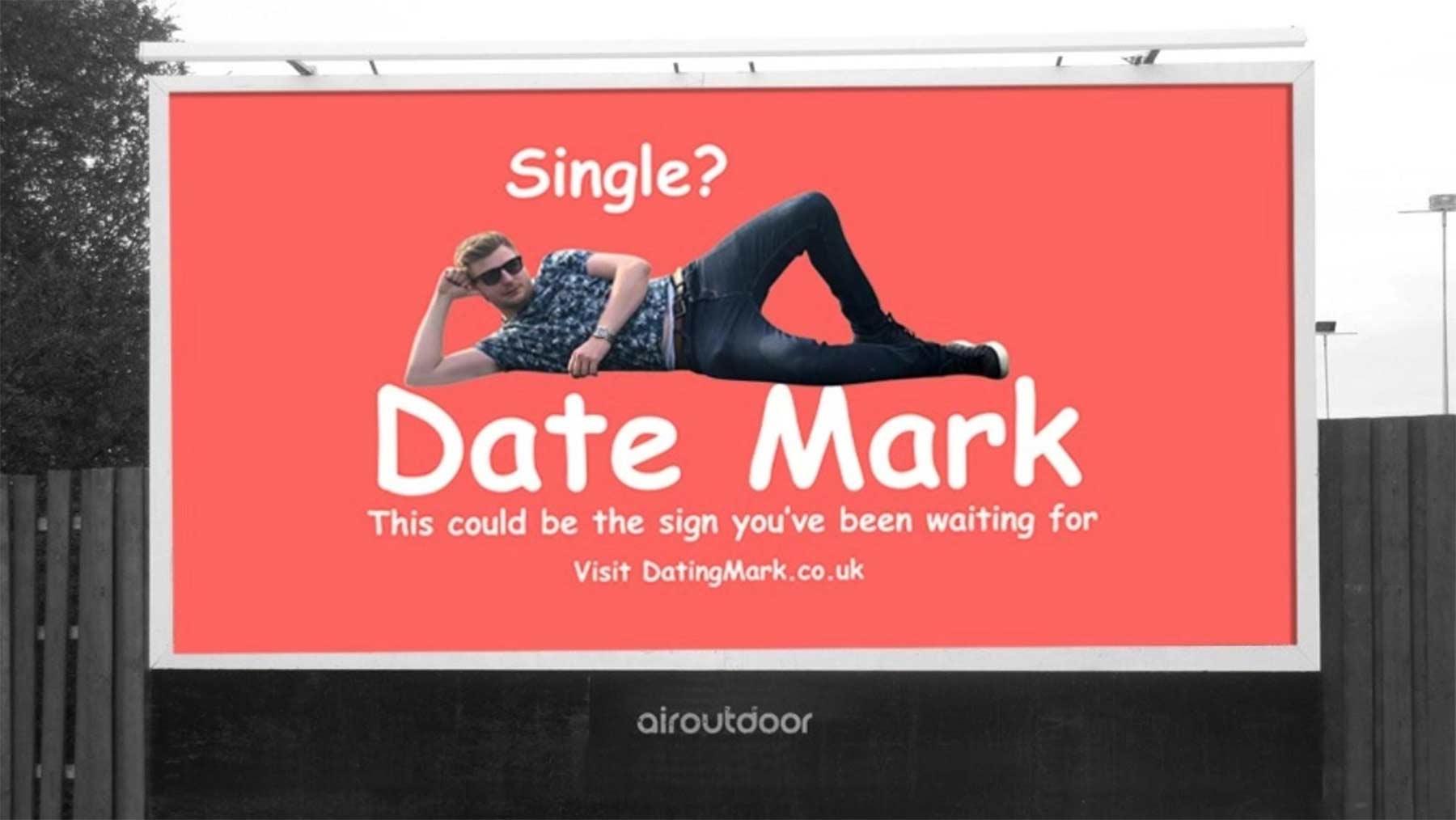 Mann bucht großes Werbeplakat, um Frauen kennen zu lernen date-mark-werbetafel_04