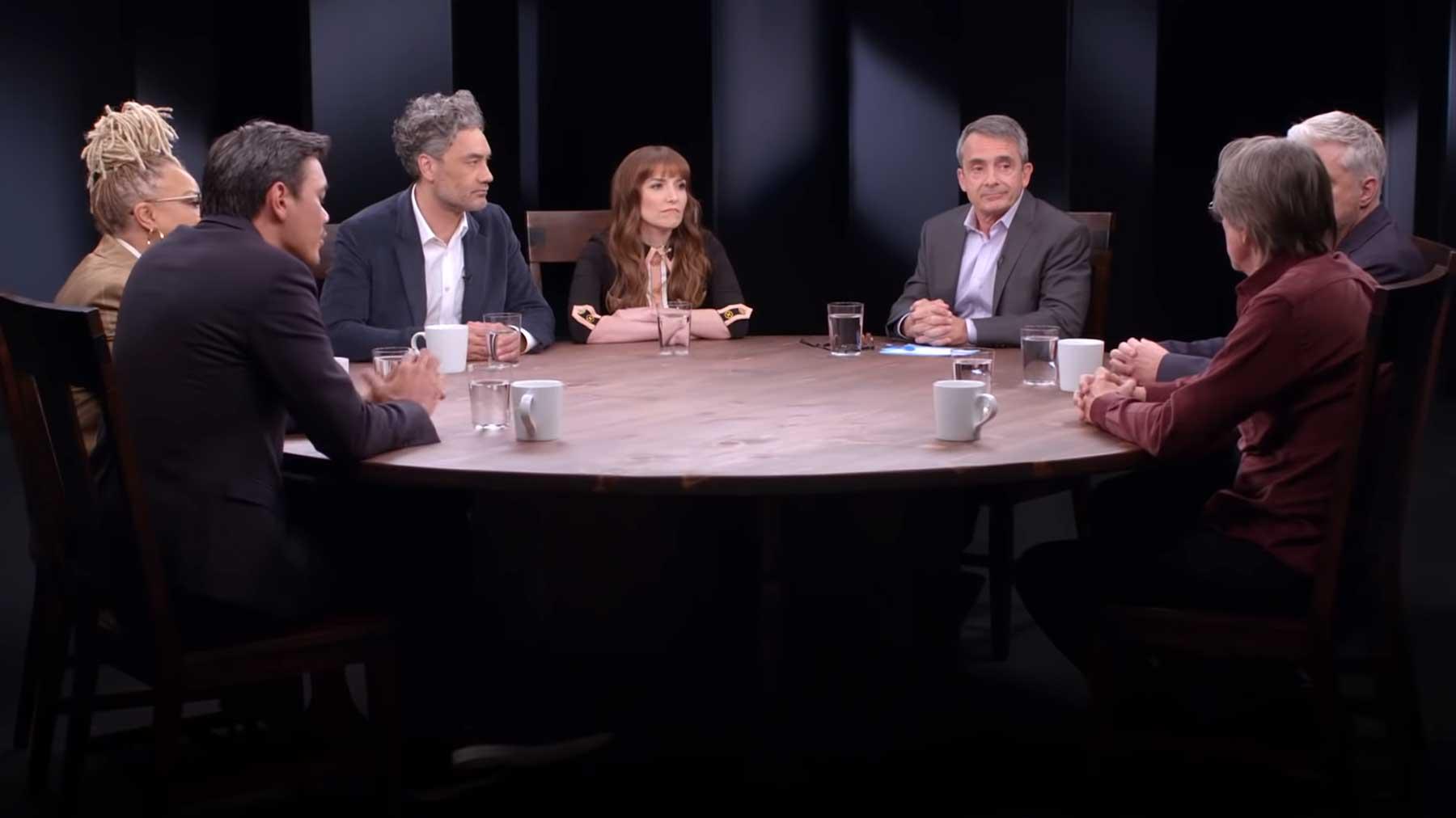 Sechs Hollywood-Drehbuchautoren an einem Tisch