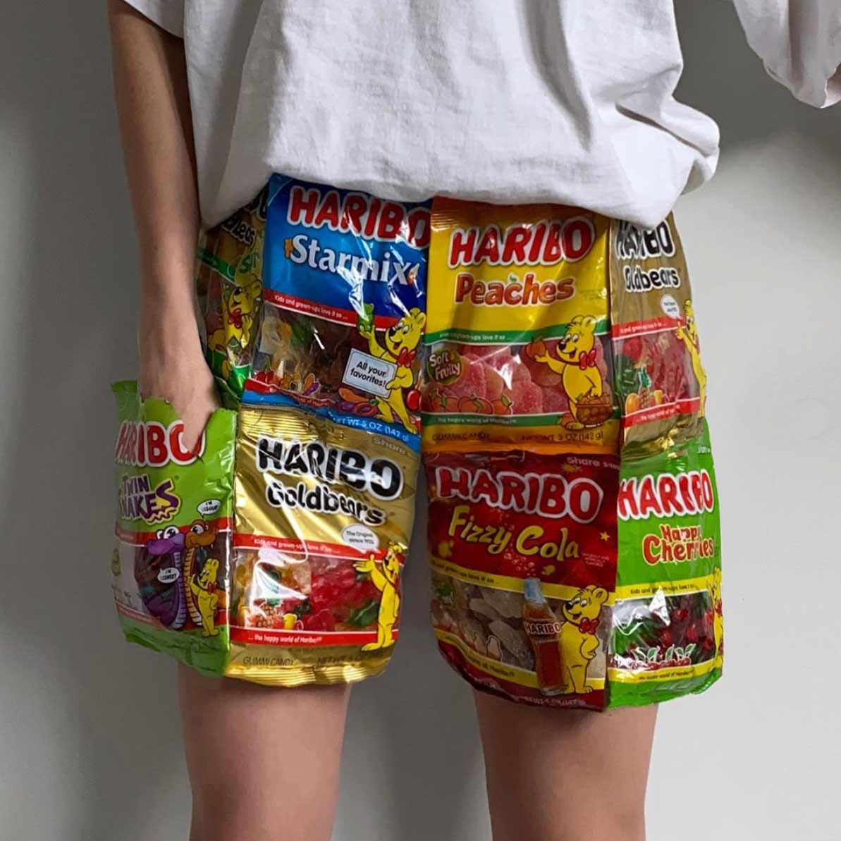 Gummibären-Hose, Sushi-Schlappen oder Waffel-Weste Nicole-McLaughlin-food-fashion_01