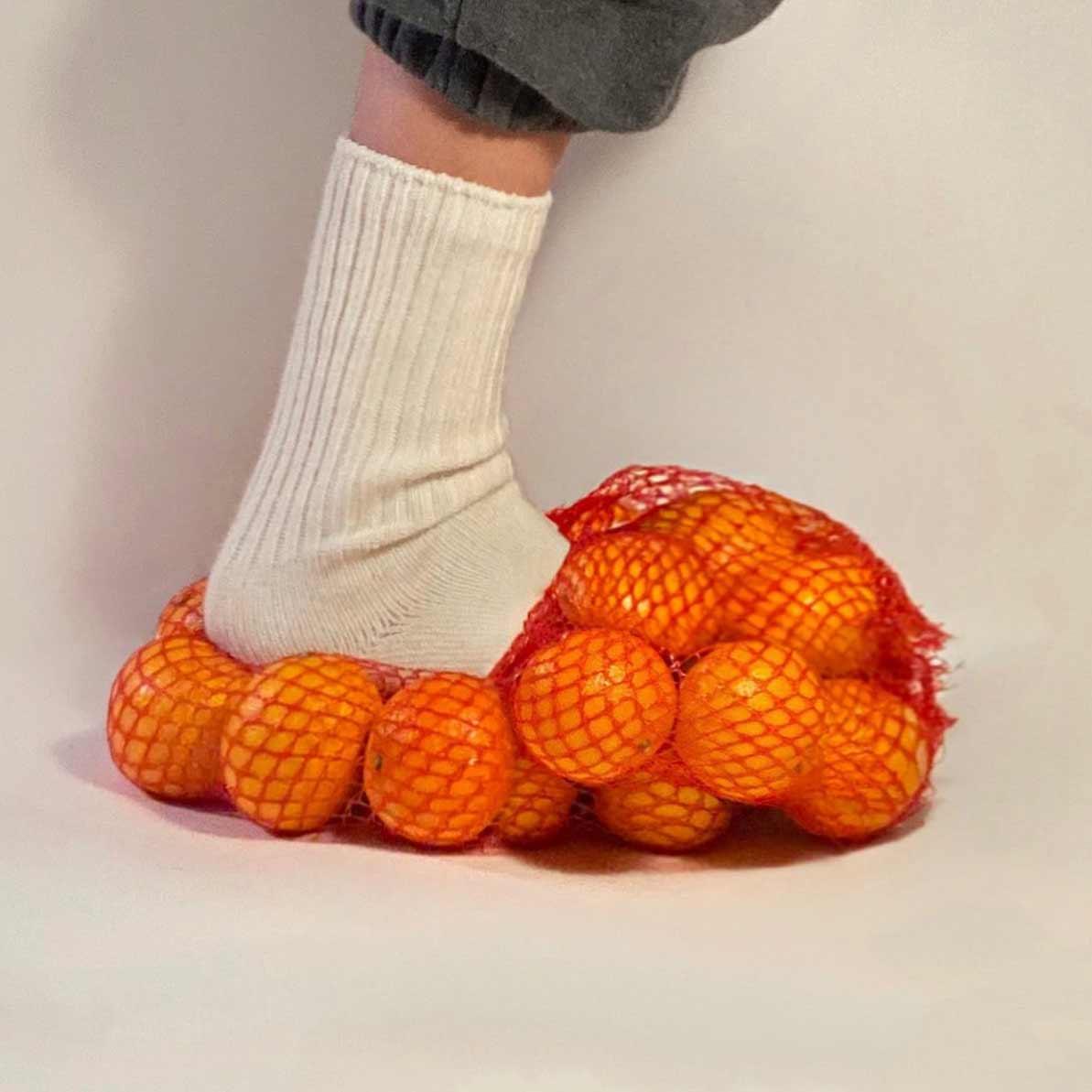 Gummibären-Hose, Sushi-Schlappen oder Waffel-Weste Nicole-McLaughlin-food-fashion_06