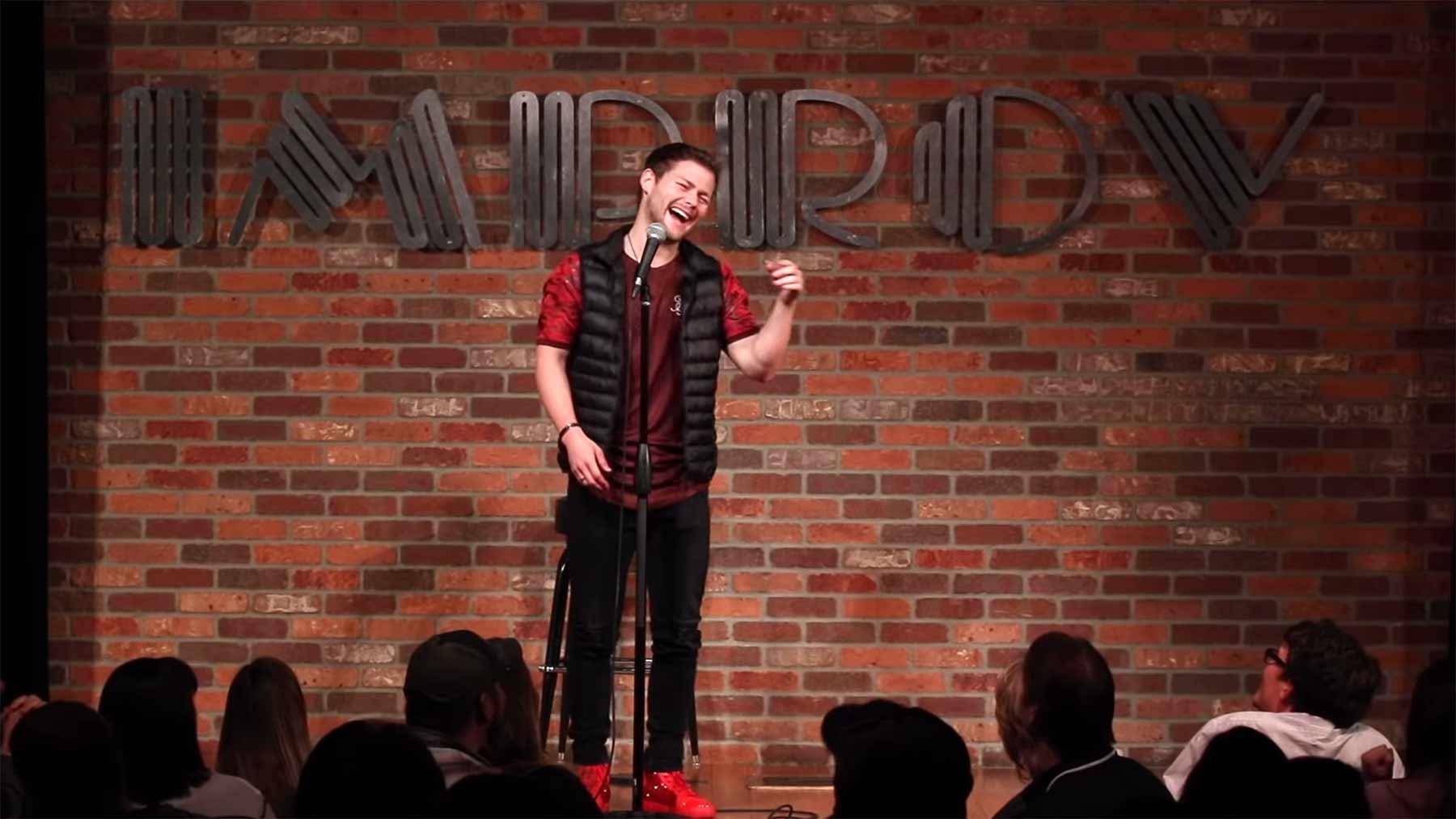 Comedian errät zufällig Namen einer lachenden Zuschauerin