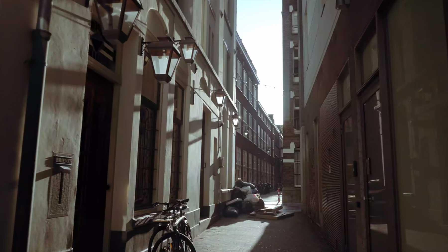 Gang durchs menschenleere Amsterdam