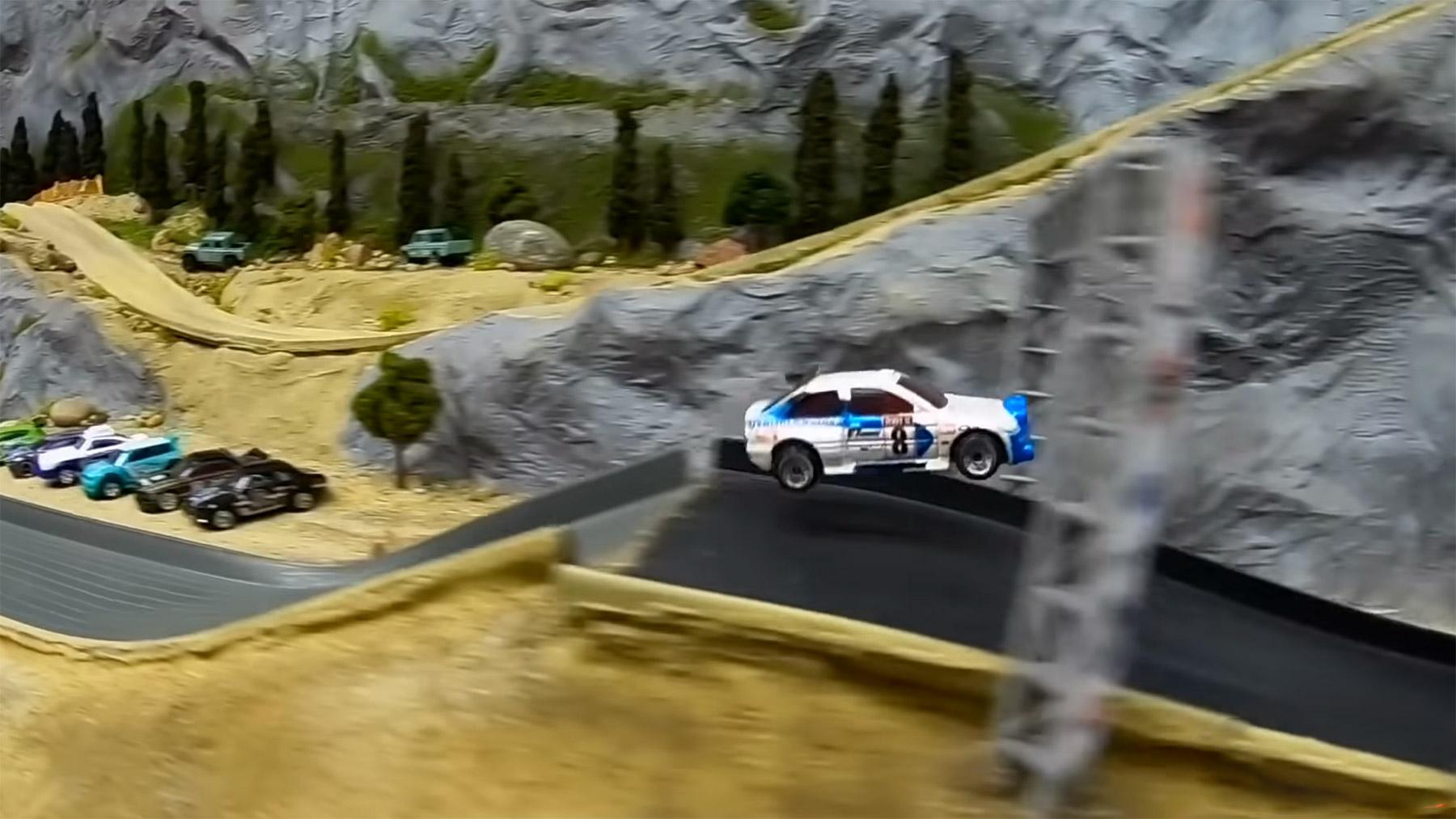 Rallye-Rennen mit Matchbox-Autos und Kommentar