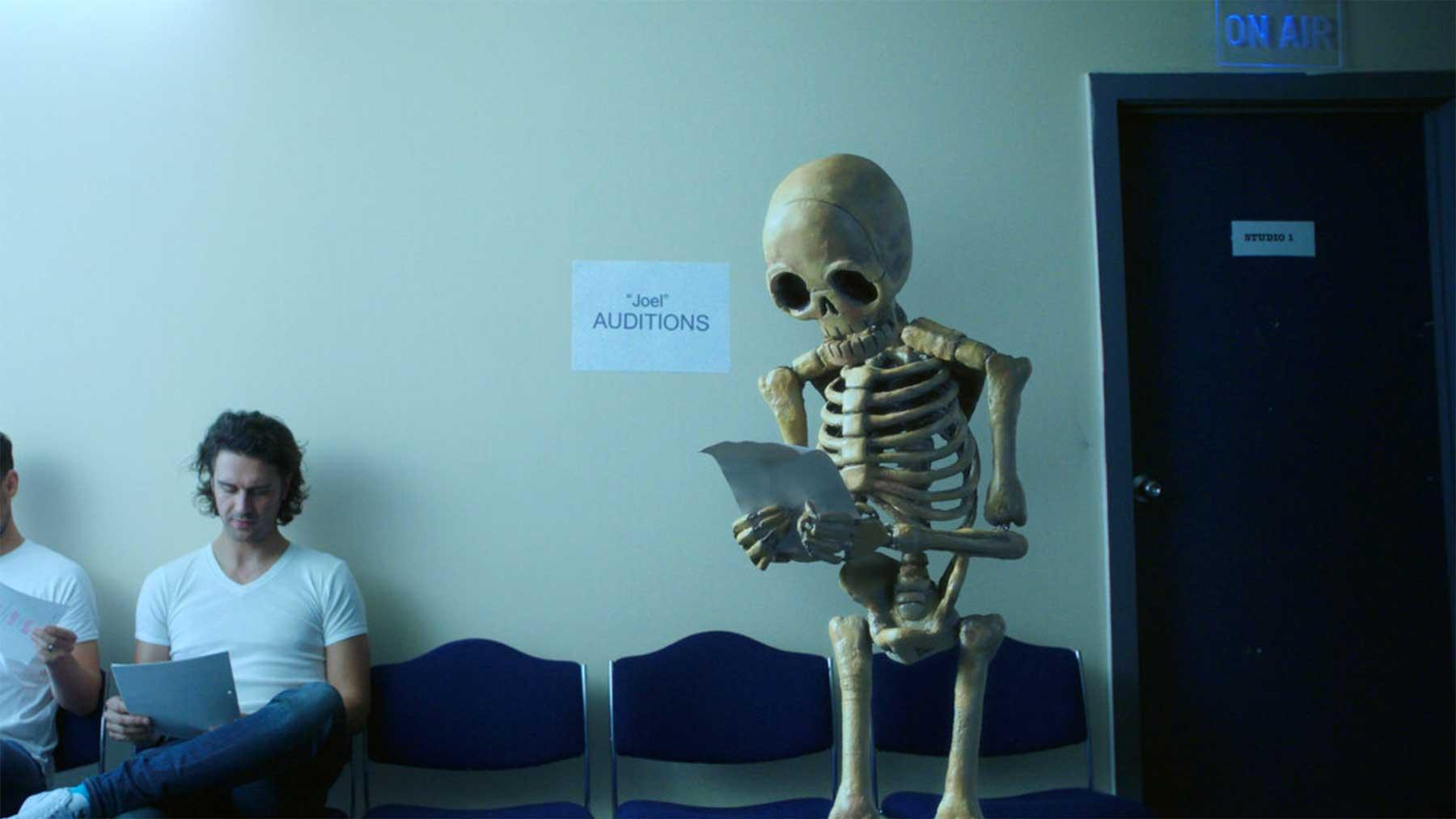 Ein Stopmotion-Skelett auf der Suche nach passenden Filmrollen