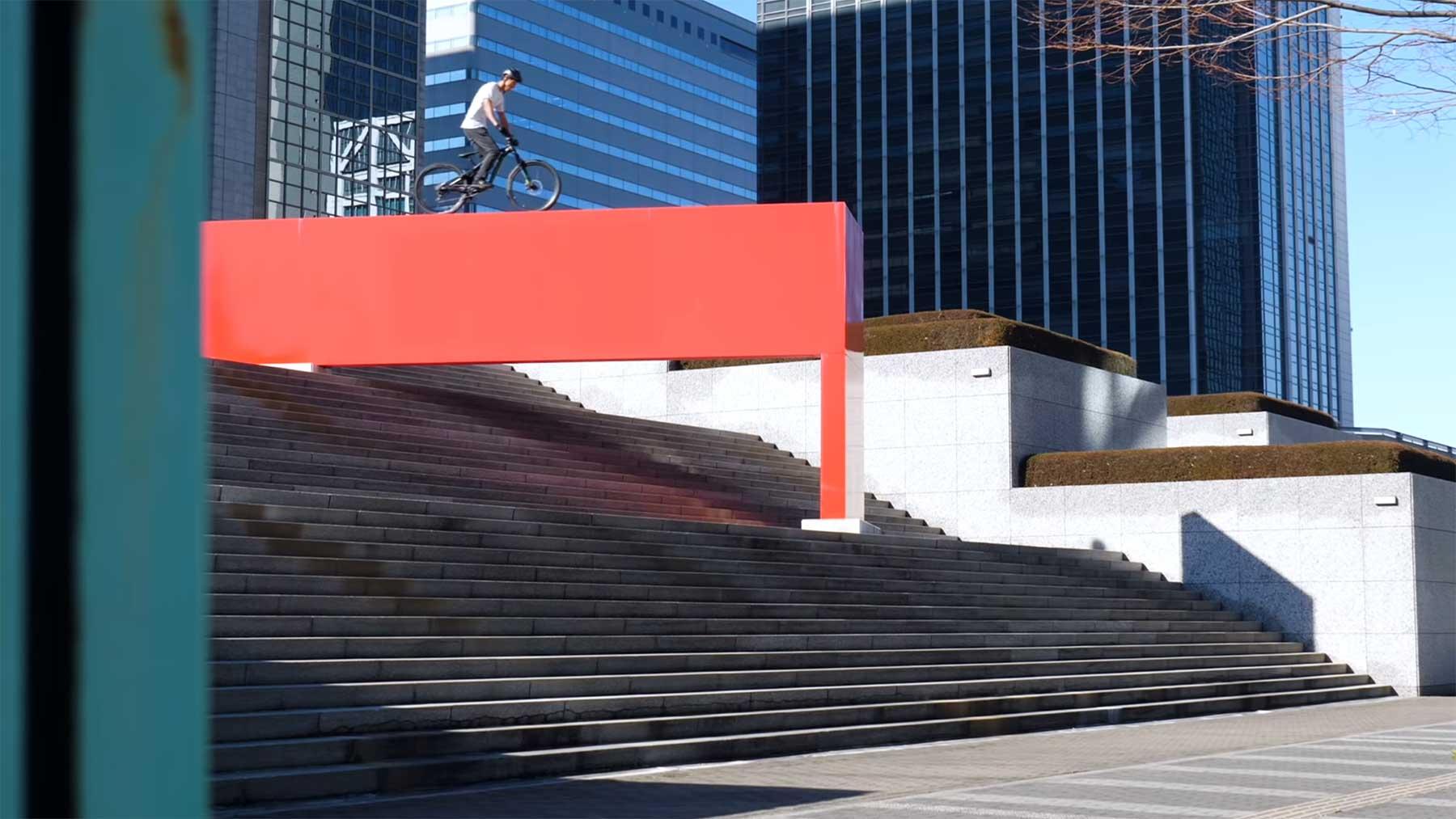 """Mountainbike-Freestyle: """"CHASE HER"""" mit Tomomi Nishikubo"""