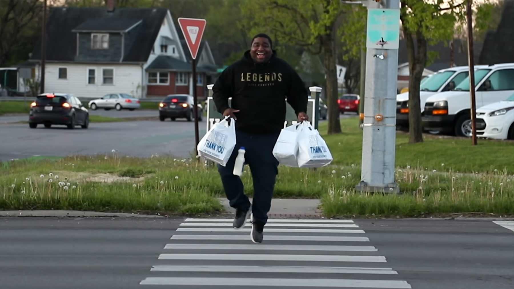 Rap-Musikvideo aus Freude für die wiedereröffnete Bäckerei