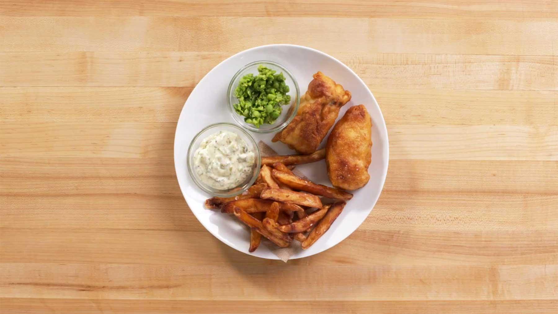 Köche unterschiedlicher Fähigkeitsstufen machen Fish & Chips