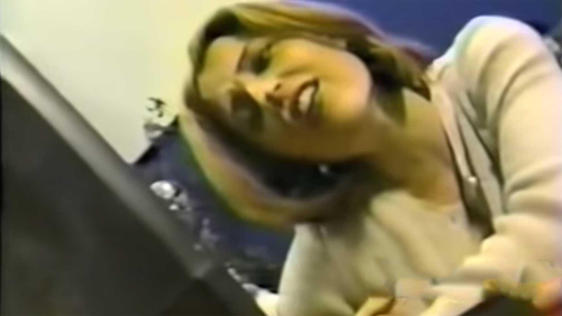 Gillian Anderson erklärt uns 1996 Technik-Krams