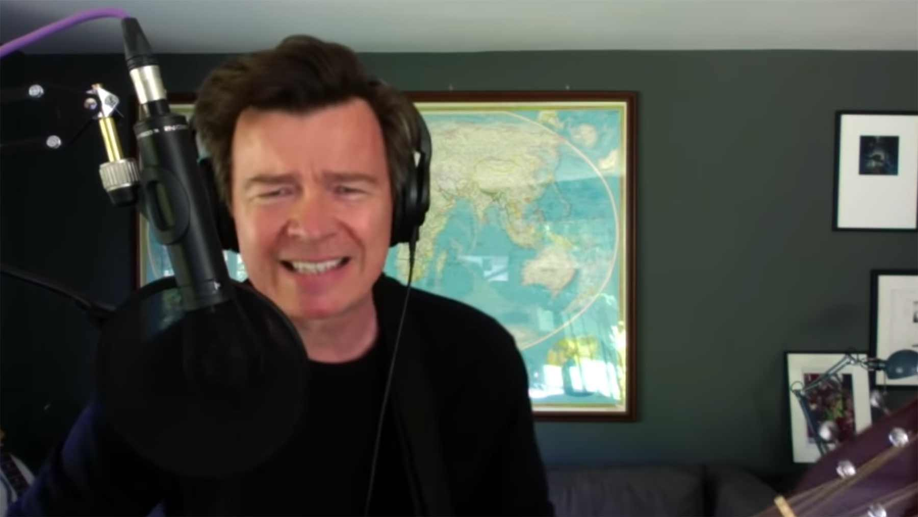 "Rick Astley covert ""Everlong"" von den Foo Fighters"