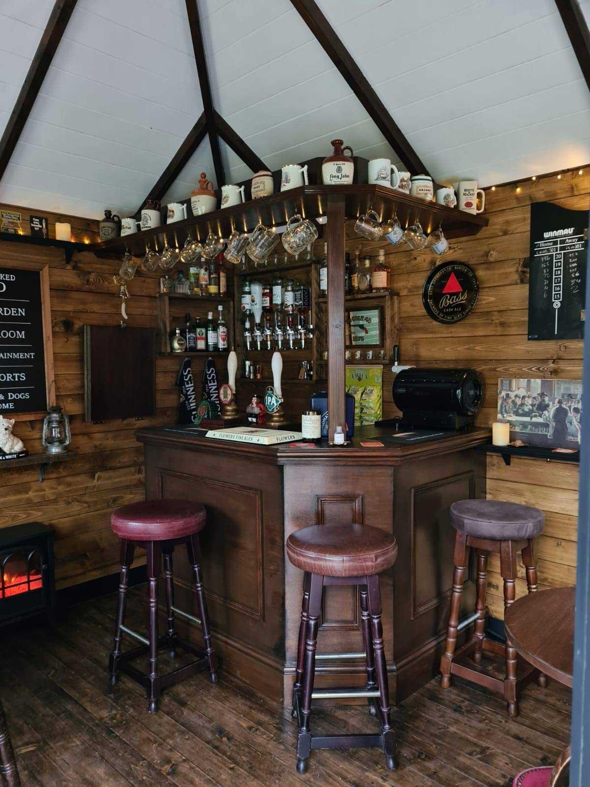 DIY-Mini-Pub im eigenen Garten gebaut the-drunken-crab-privater-pub_06