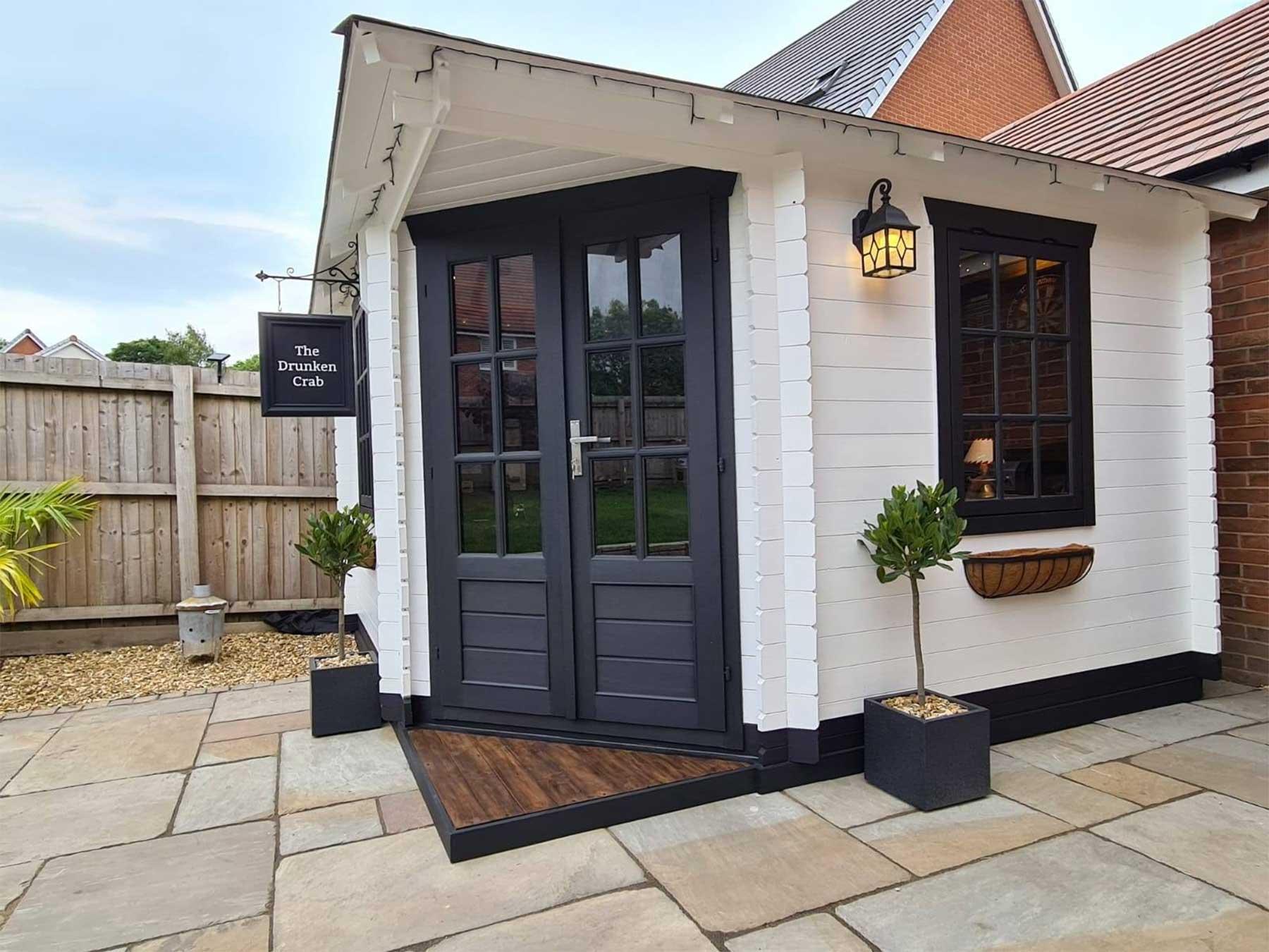 DIY-Mini-Pub im eigenen Garten gebaut the-drunken-crab-privater-pub_11
