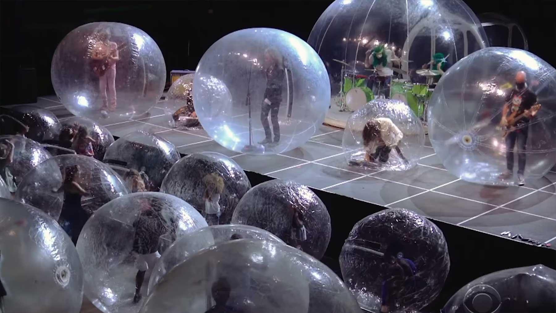 Konzert vor Live-Publikum in Plastikbällen