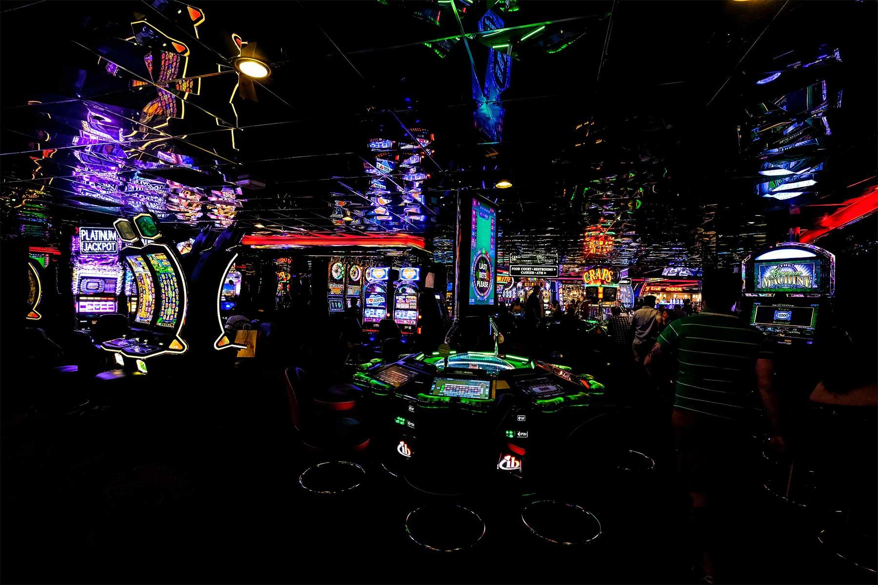 Online-Casinos gegen Langeweile – Spaß oder Risiko? Casino-unsplashed-Francesco-Ungaro
