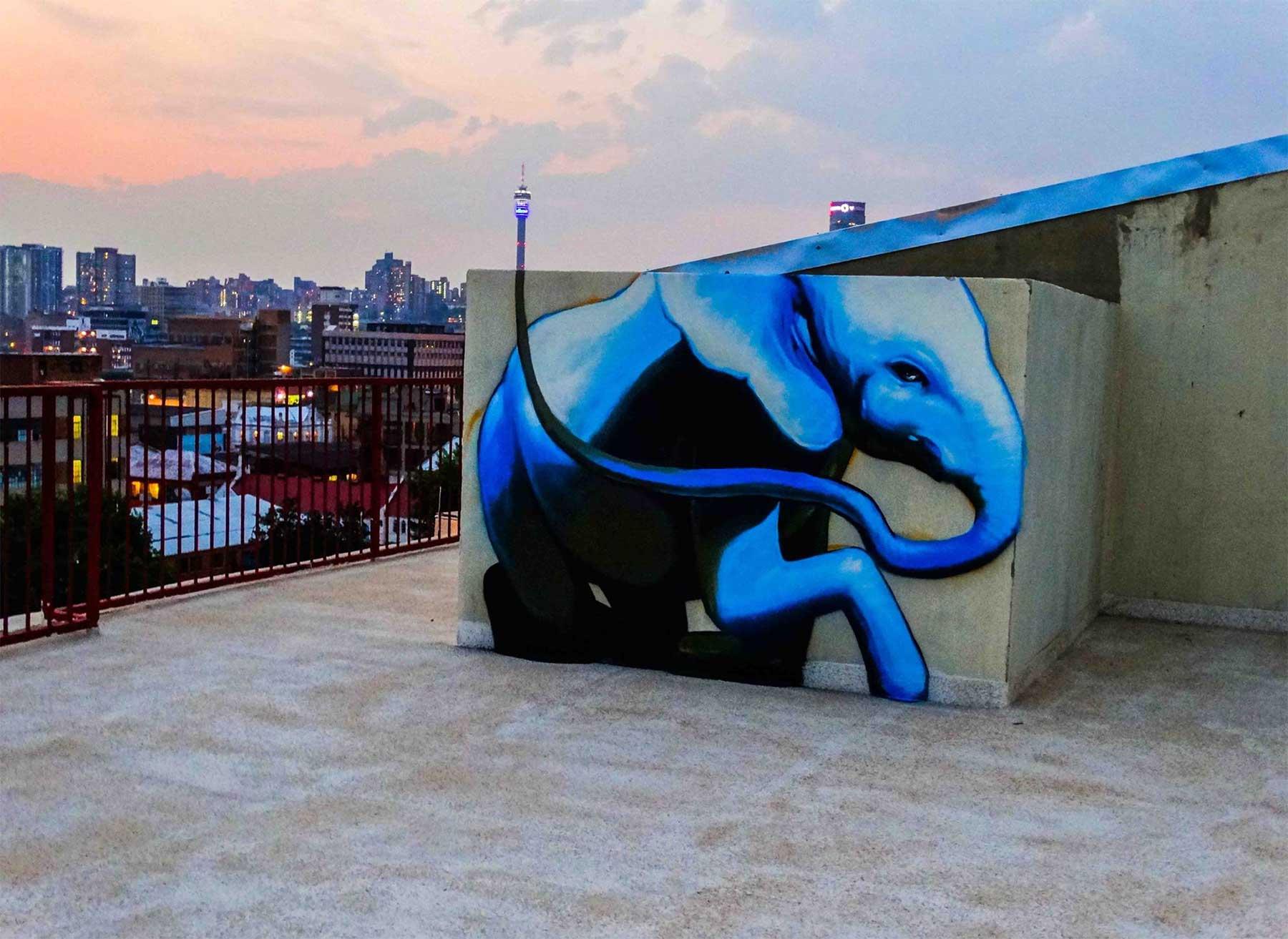 Die Street Art von Falko One bezieht die Umgebung mit ein Falko-One-perspektivische-Street-Art_06