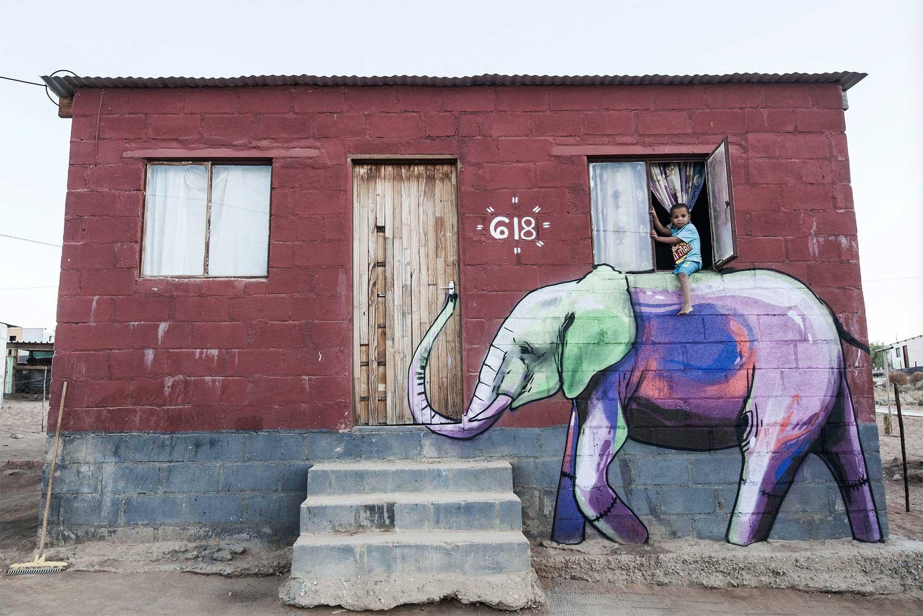 Die Street Art von Falko One bezieht die Umgebung mit ein Falko-One-perspektivische-Street-Art_08