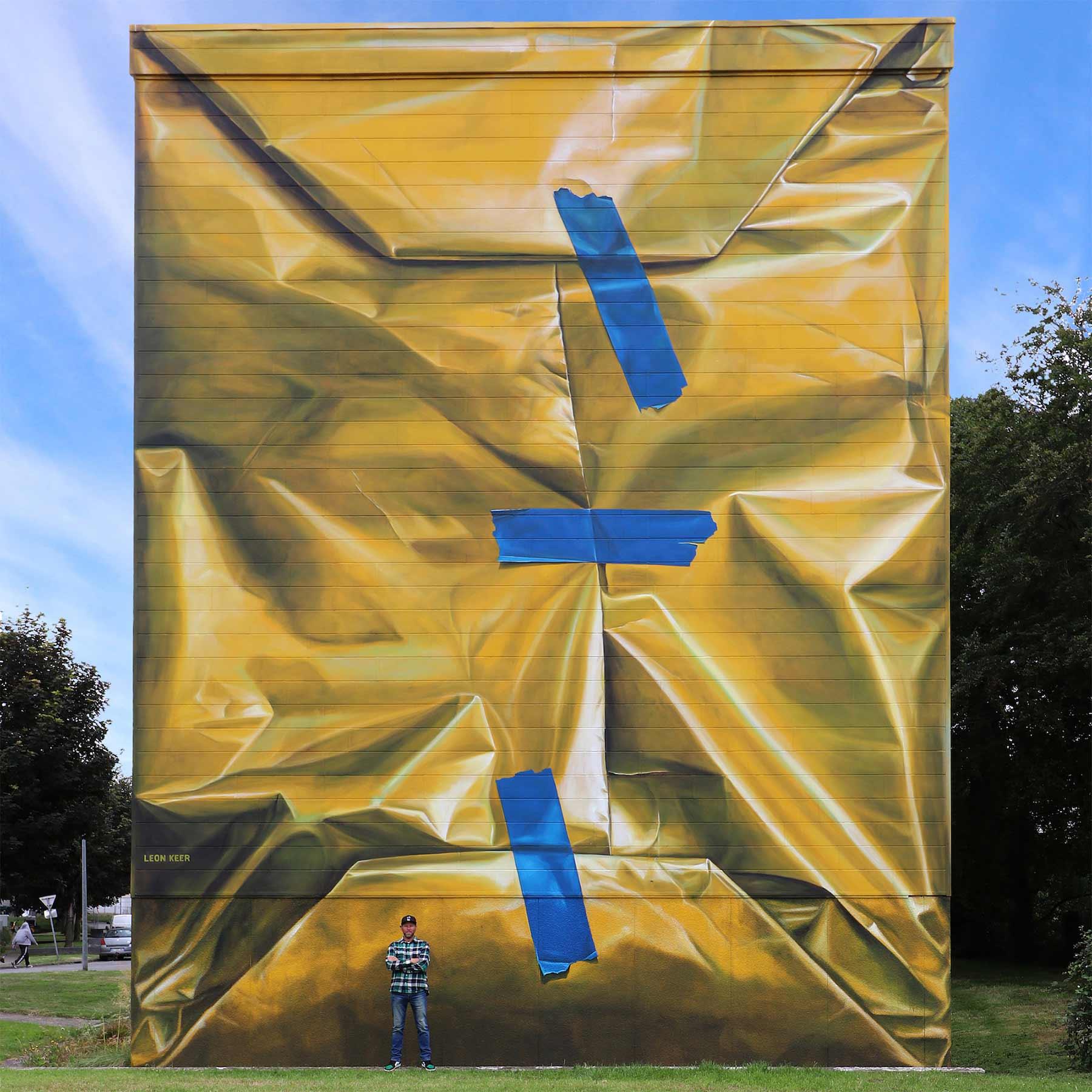 Street Artist Leon Keer packt ein Haus als Geschenk ein Leon-Keer-safe-house-geschenk-mural_02